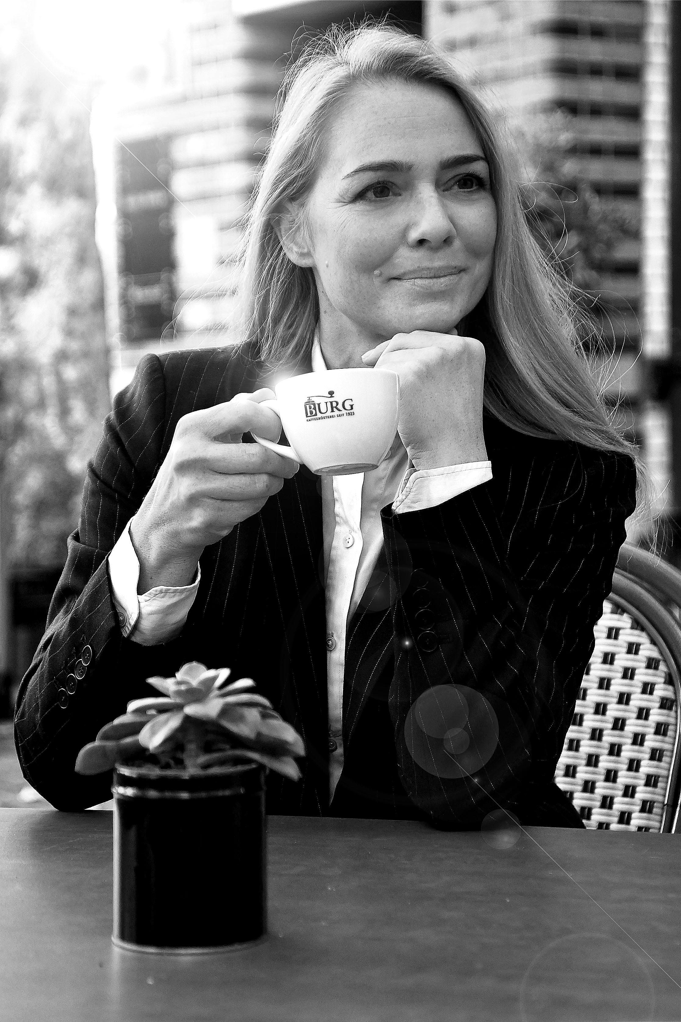 Foto: Michael B. Rehders - Während der Fotoaufnahmen könnten wir uns eine kleine Pause. Nathalie genießt ihren Kaffee im Wasserschloss.
