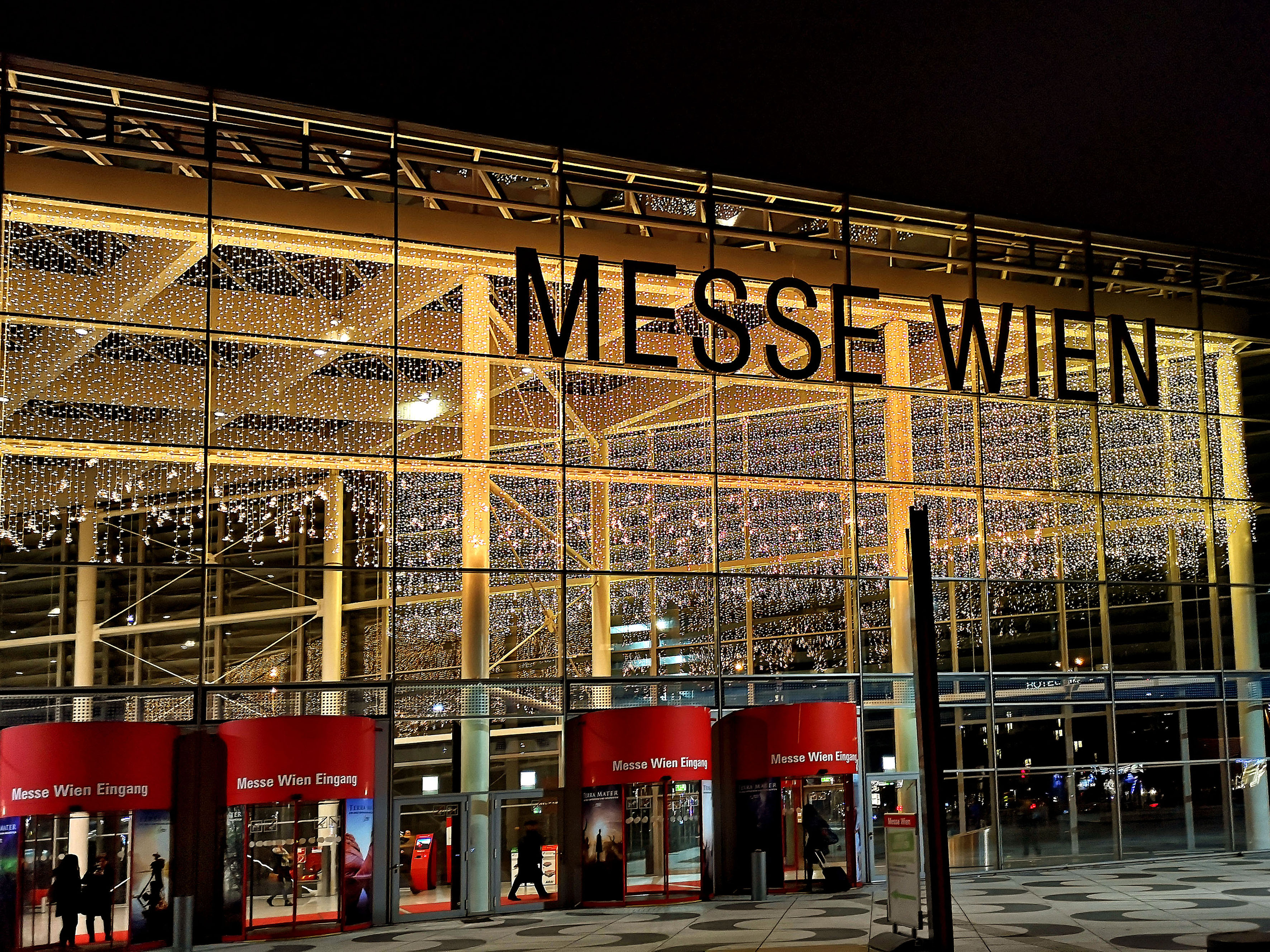 Foto: Michael B. Rehders - Zwei kurzweilige Messetage in Wien gehen zu Ende. Die Messehalle leuchte nach 18 Uhr in bester Voradventsstimmung.