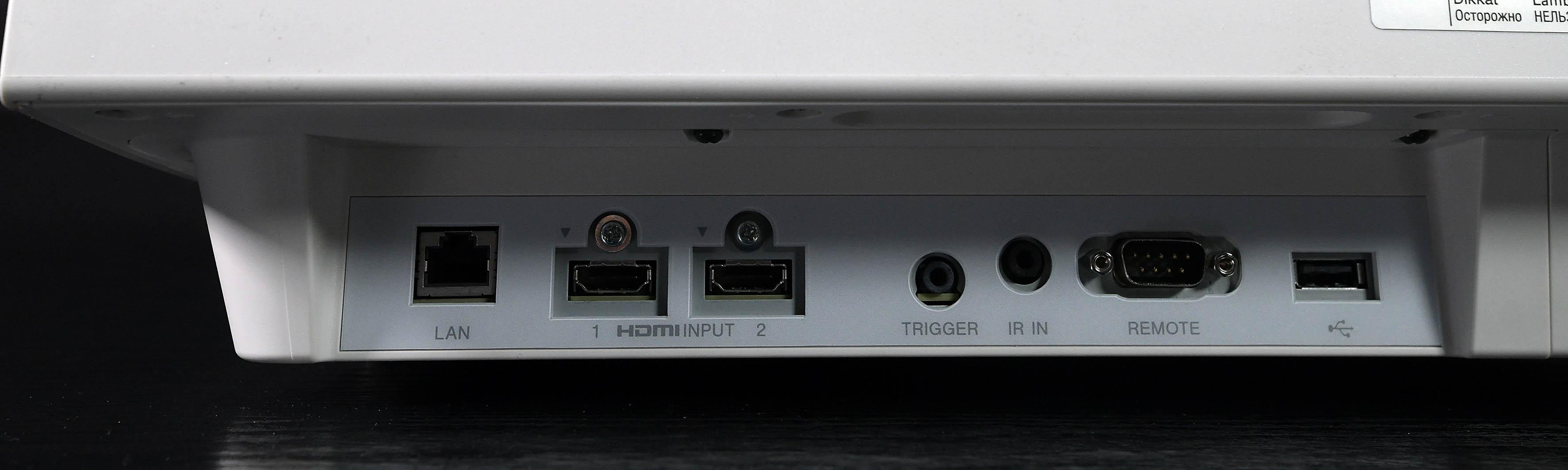 Foto: Michael B. Rehders Alle Anschlüsse befinden sich traditionell an der Seite. Zwei HDMI-Eingänge können verwendet werden, um AV-Receiver und einen 4K-Blu-ray-Player anzuschließen.