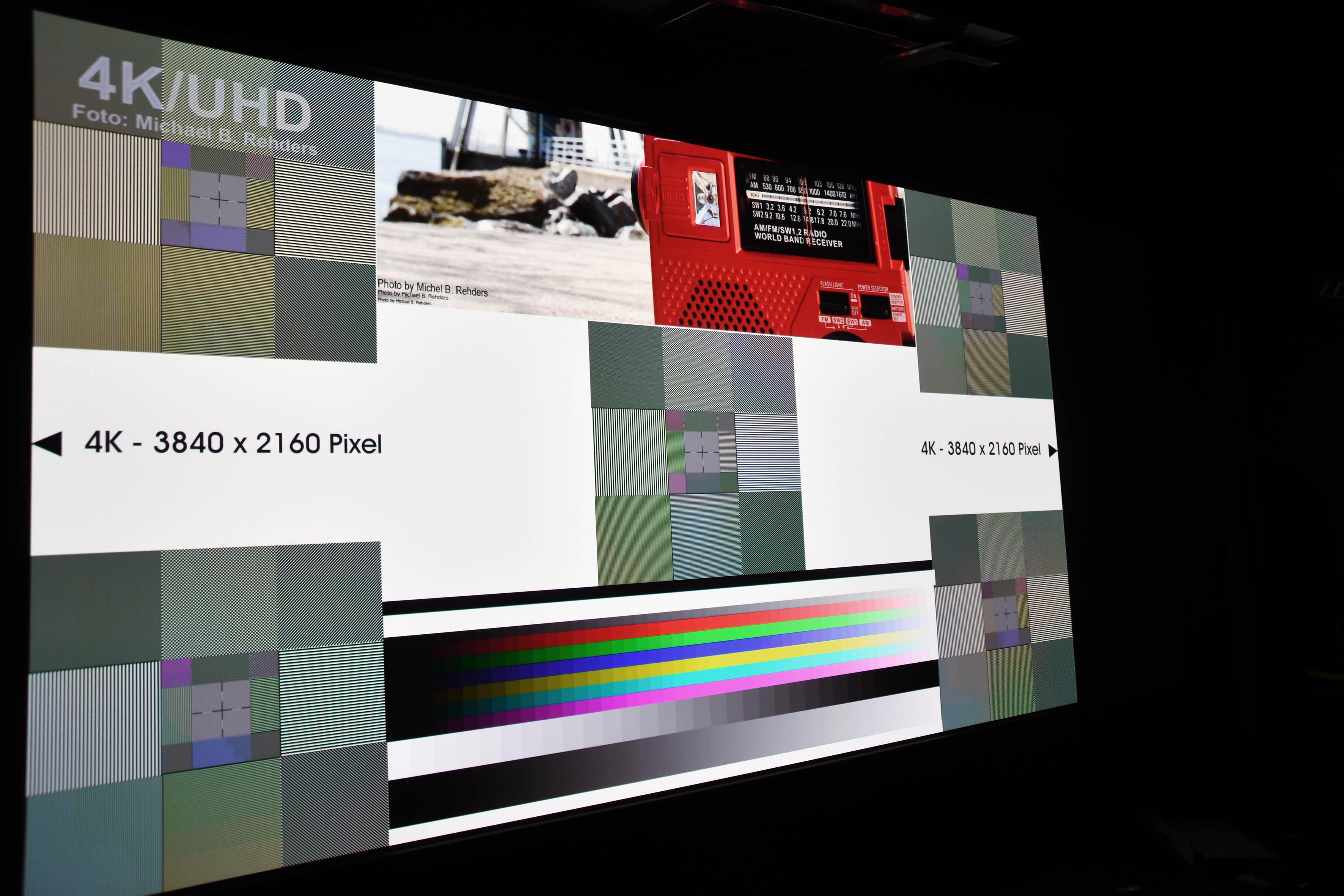UHD-Pixelauflösung: Das Testbild mit 3840 x 2160 Pixel offenbart einen Fehler, der sich durch alle bisherigen 4K-Heimkinoprojektoren-Serien von Sony zieht. Das Testbild erscheint bunt, gleichwohl alle fünf quadratischen Einheiten aus Grauabstufungen bestehen.