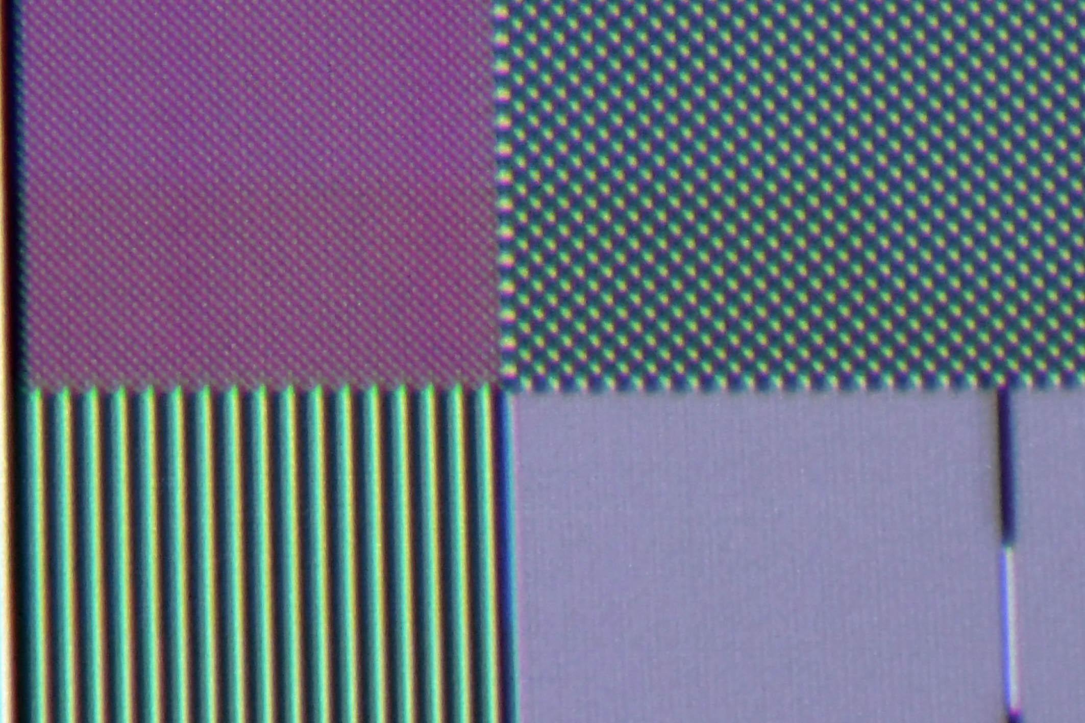 UHD-Pixelauflösung: Meine Makroaufnahme zeigt, dass der Sony VPL-VW270 zwar alle UHD Pixel darstellt (oben links), doch das Schachbrettmuster sollte eigentlich in Schwarz/Weiß abgebildet werden – und nicht Purpur verfärbt. Auch die Full-HD-Pixel (oben rechts) sind sichtbar verfärbt.