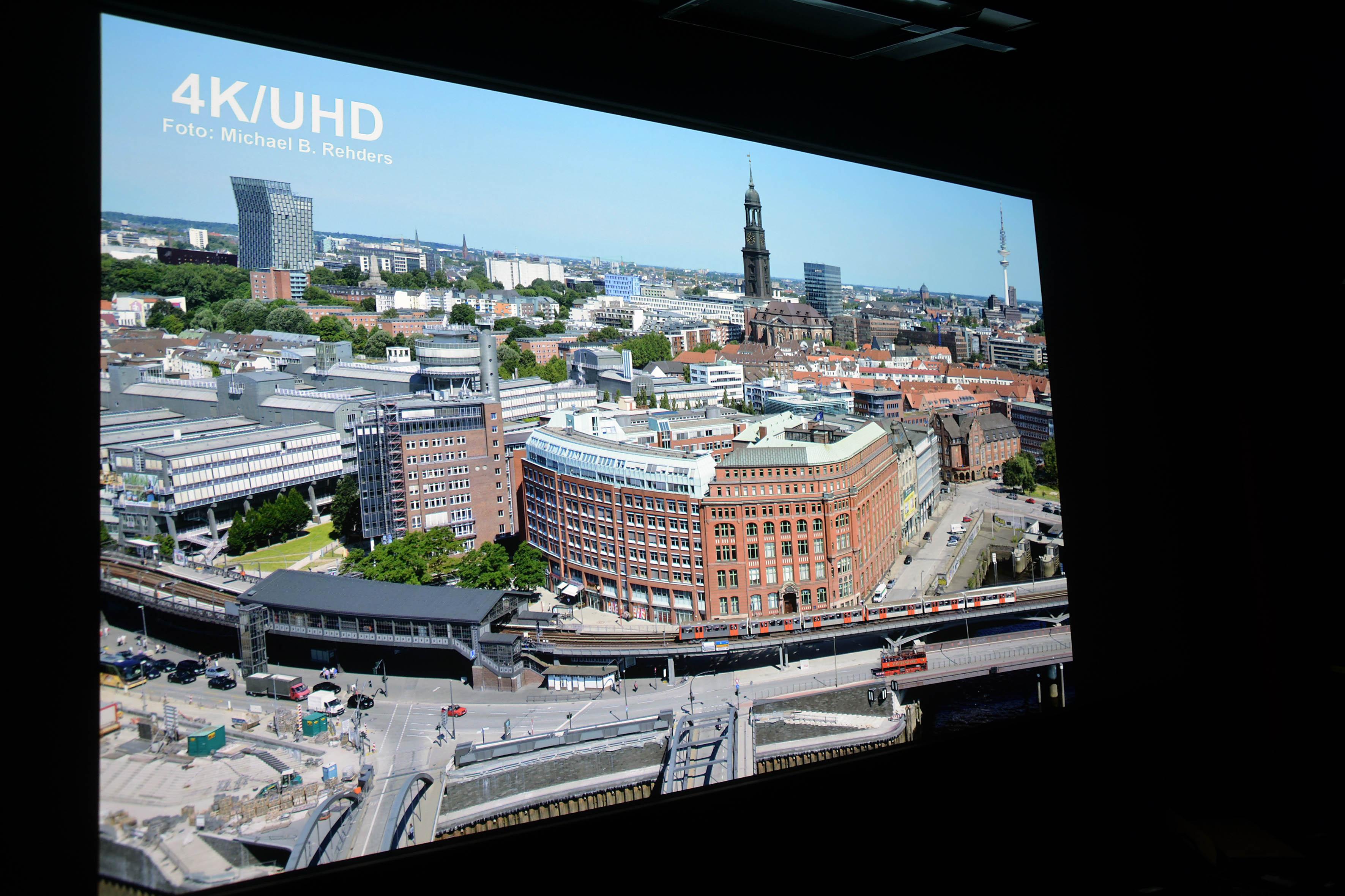 Originalaufnahme: Michael B. Rehders Die Panoramaaufnahme von Hamburg bietet zahllose Details, um Stärken und Schwächen eines Projektors aufzudecken.