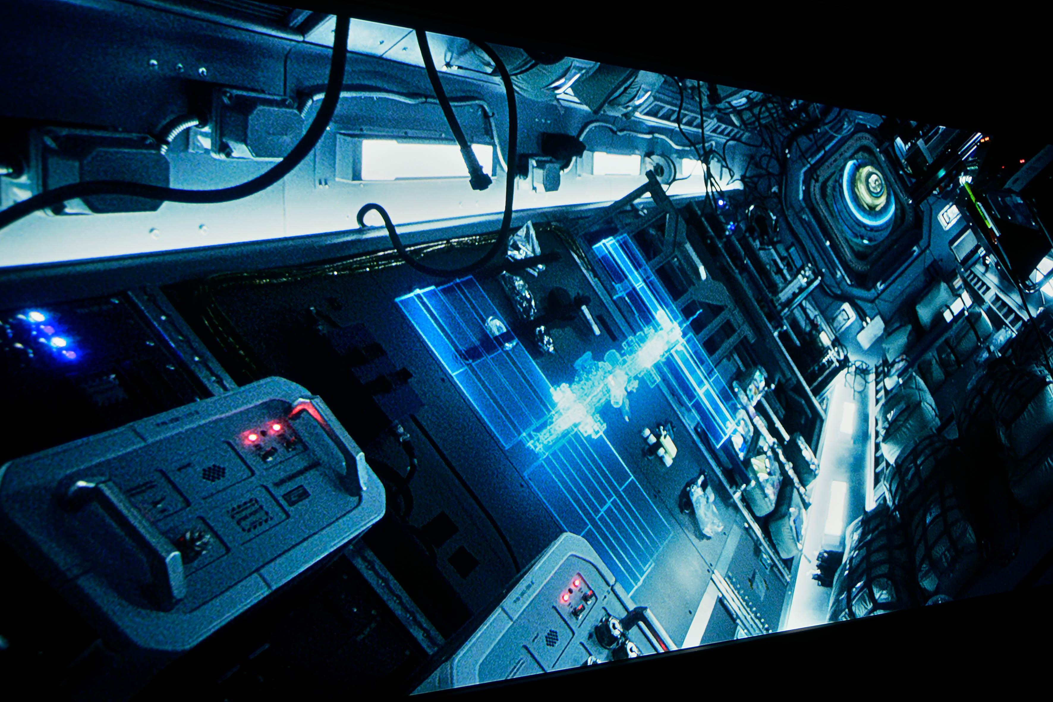 JVC DLA-X7900 mit HDR Optimierer EIN Der Schwenk durch die Weltraumstation ISS in LIFE sieht großartig aus. Die Balance aus sattem Schwarz, das vorzüglich durchgezeichnet ist, und kräftigen Farben ist überaus gelungen.
