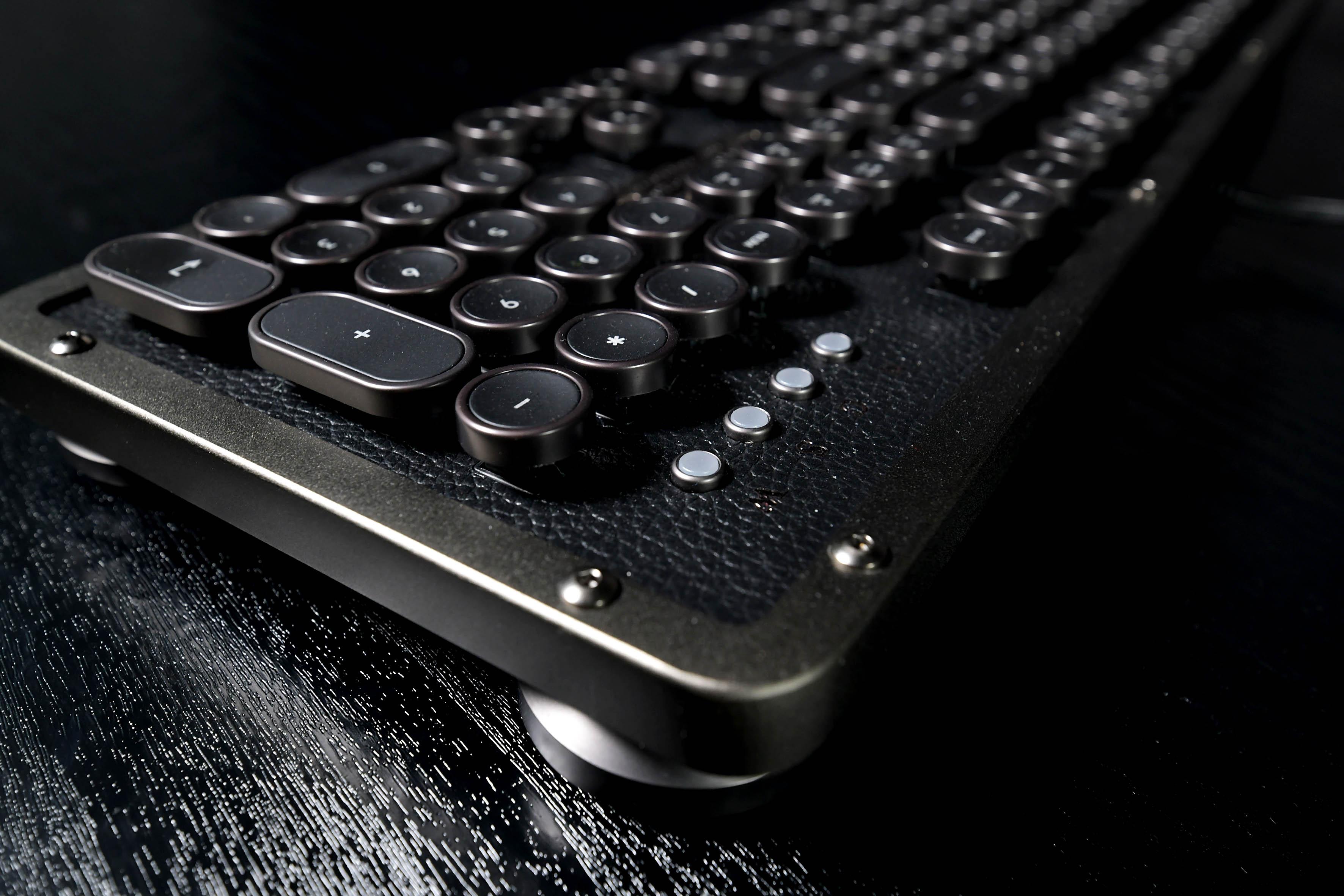 """Foto: Michael B. Rehders - Die Oberfläche besteht aus echtem Leder (!), die Umrandung von Tasten, Standfüßen und Keyboard ist in """"Gunmetal""""."""