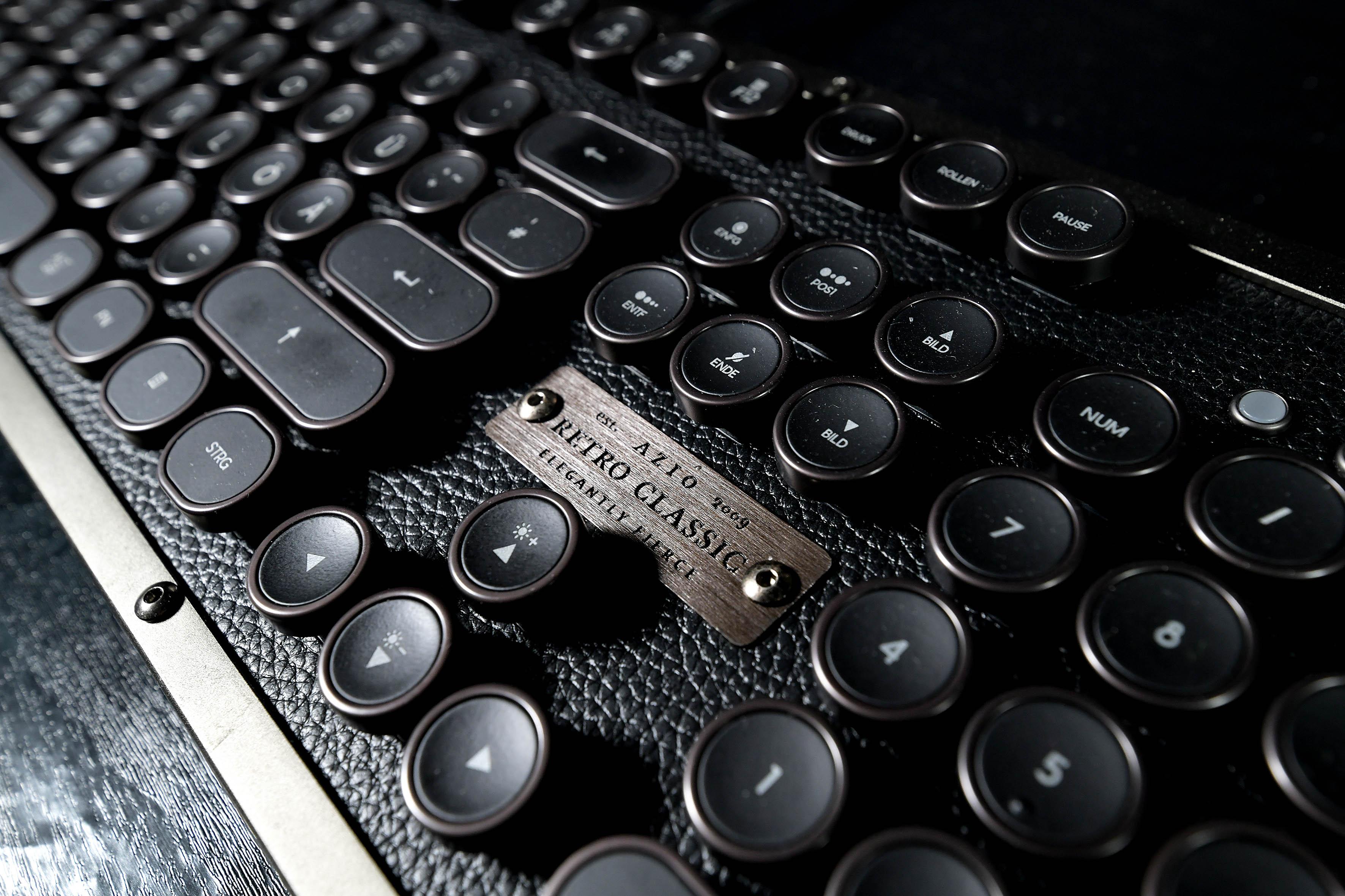 """Foto: Michael B. Rehders - Diese Tastatur von Azio namens """"Retro Classic"""" macht sich wirklich gut in meinem Studio, weil sie nicht nur optisch ein Hingucker ist, sondern die Tastatur auch einen angenehmen Anschlag besitzt. Das Logo besteht aus gebürstetem, eloxiertem Aluminium."""