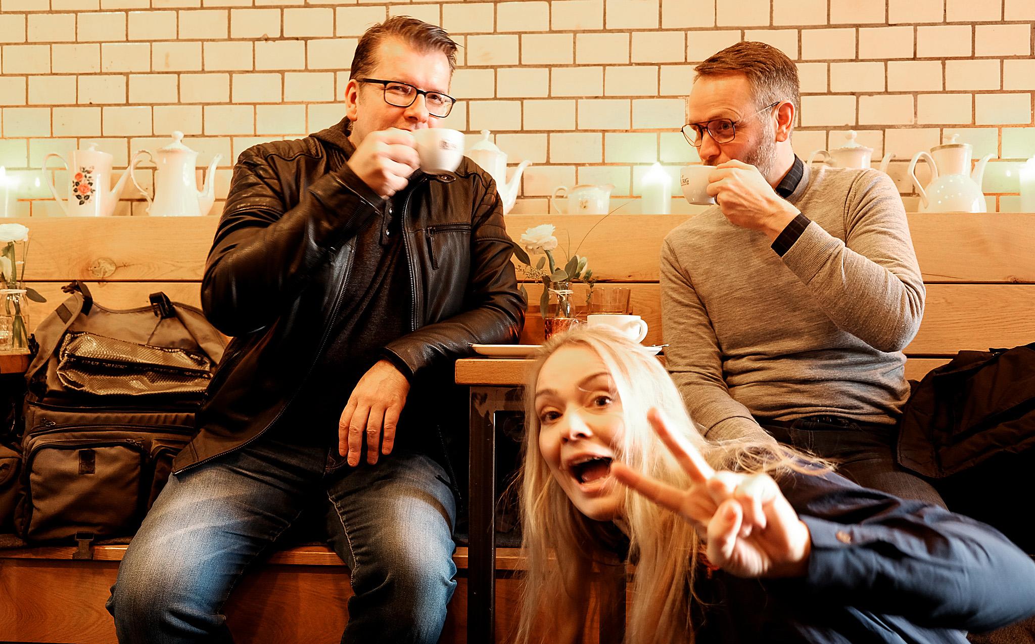Foto: Bianca - Während Guido (rechts) von BenQ und ich (links) unseren Kaffee genossen, platzte Nathalie in die Fotoaufnahme. Eine echte Fotobombe! Großartig.