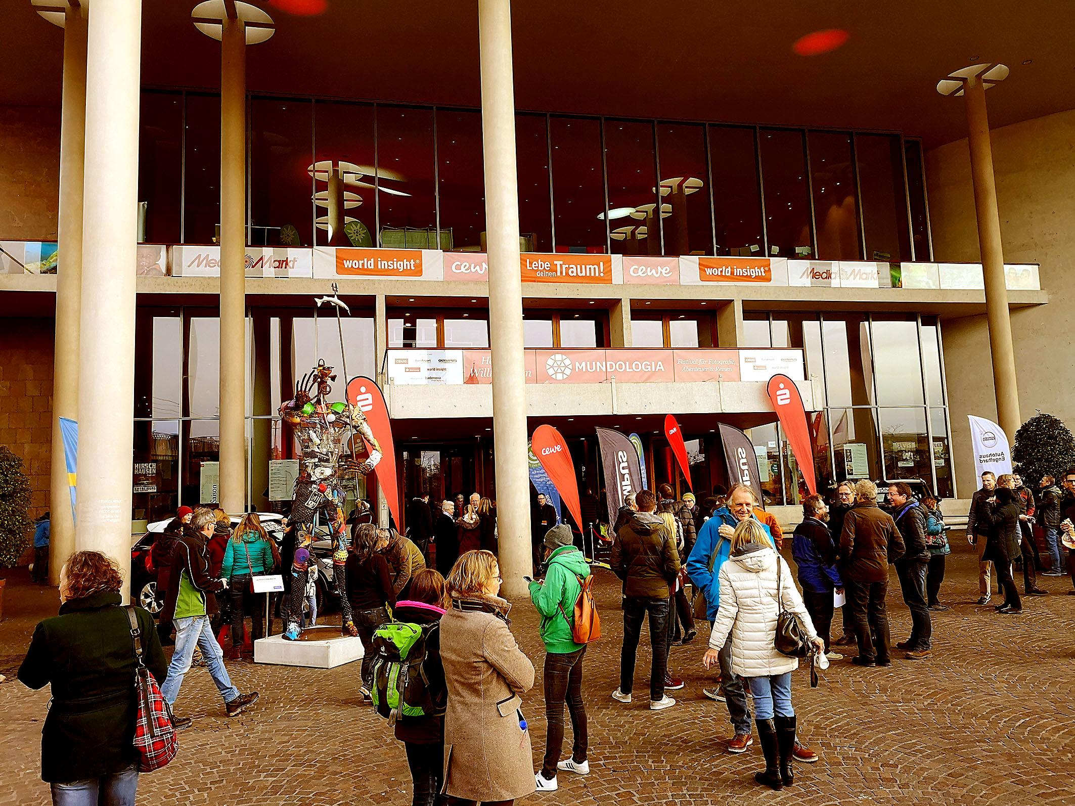 Foto: Michael B. Rehders - Das Konzerthaus in Freiburg am Tag der Eröffnung. Bereits eine Stunde vor Veranstaltungsbeginn trafen vielen Besucher ein.