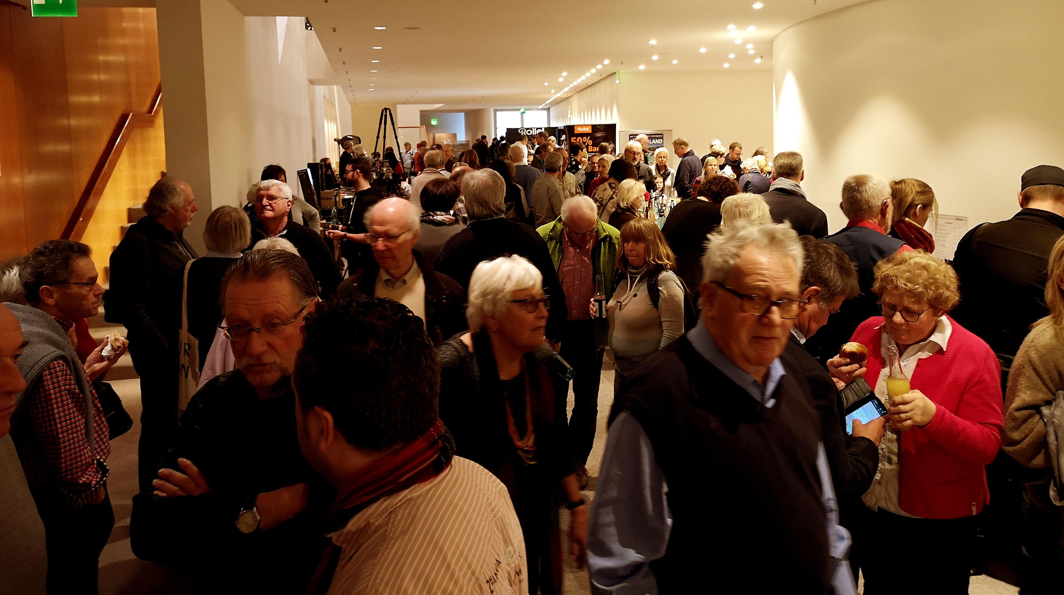 Foto: Michael B. Rehders - Rappelvolle Gänge. Während der Pausen strömten die Massen aus dem großen Saal, um sich mit Getränken und kleinen Snacks zu stärken oder sich über die Fotoprodukte bei den Ausstellern zu informieren.