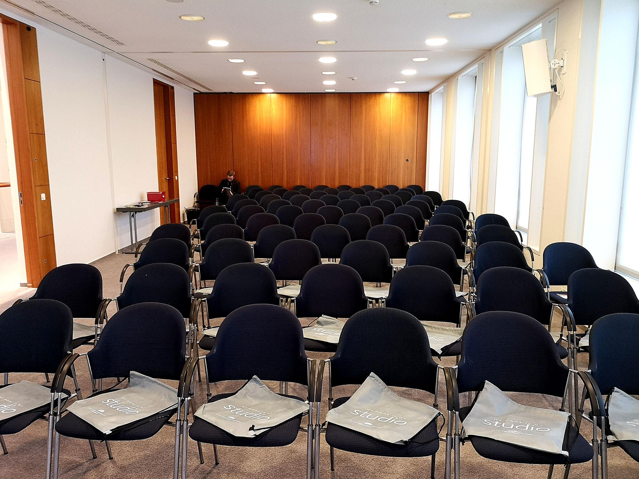 Foto: Michael B. Rehders - Kurz vor Eröffnung. Der Aufbau im Konferenzraum C ist fertig. Auf den Sitzen liegen die Taschen mit den Präsenten für die Besucher.
