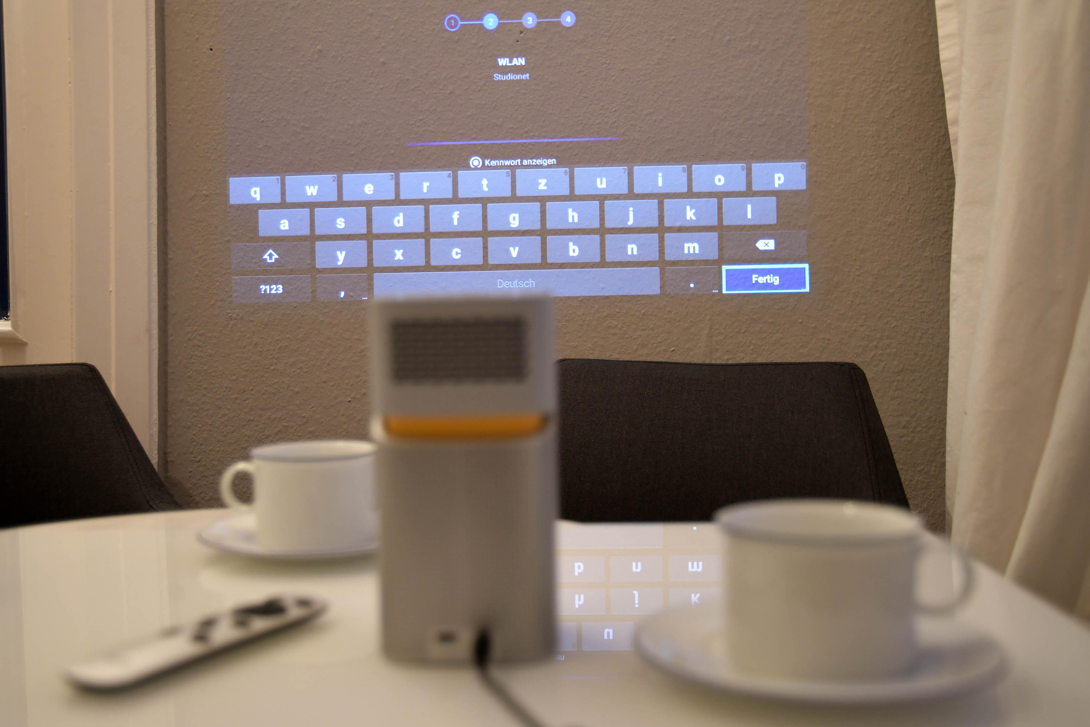 Foto: Michael B. Rehders Jetzt noch schnell das Kennwort eingeben. Mehr ist nicht nötig, um den BenQ GV1 mit dem Netzwerk zu verbinden. Bei aromatischem Kaffee kann die Präsentation nun beginnen.