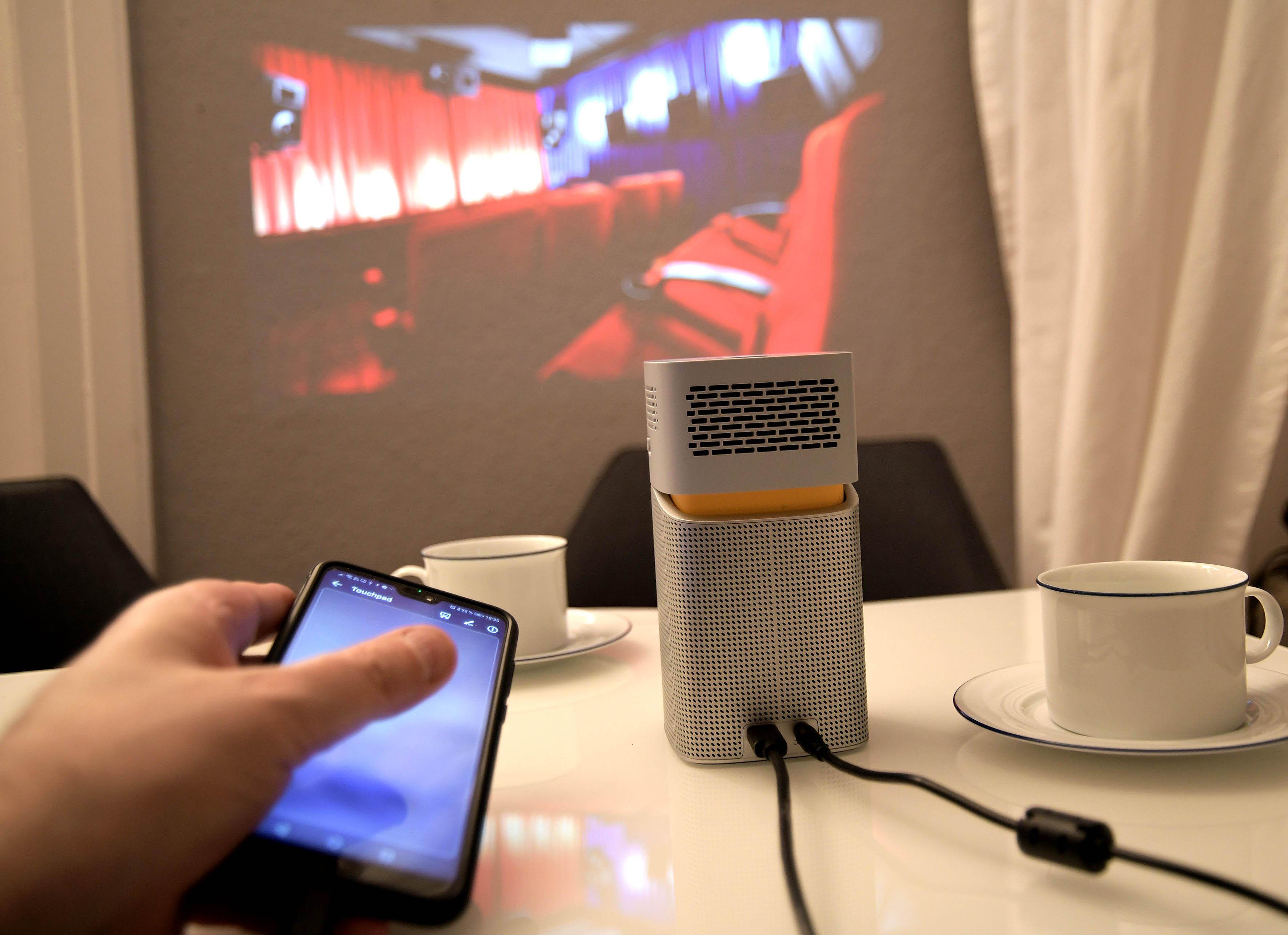 Foto: Michael B. Rehders Das Smartphone wird sofort vom BenQ GV1 erkannt. Wahlweise kann das Display meines Huawei G20 Pro gespiegelt werden oder (wie in diesem Fall) fungiert das Smartphone als Touchpad. Ich wische einfach über das Display meines Telefons und kann so alle Einstellungen auf dem projizierten On-Screen-Menü des GV1 vornehmen.