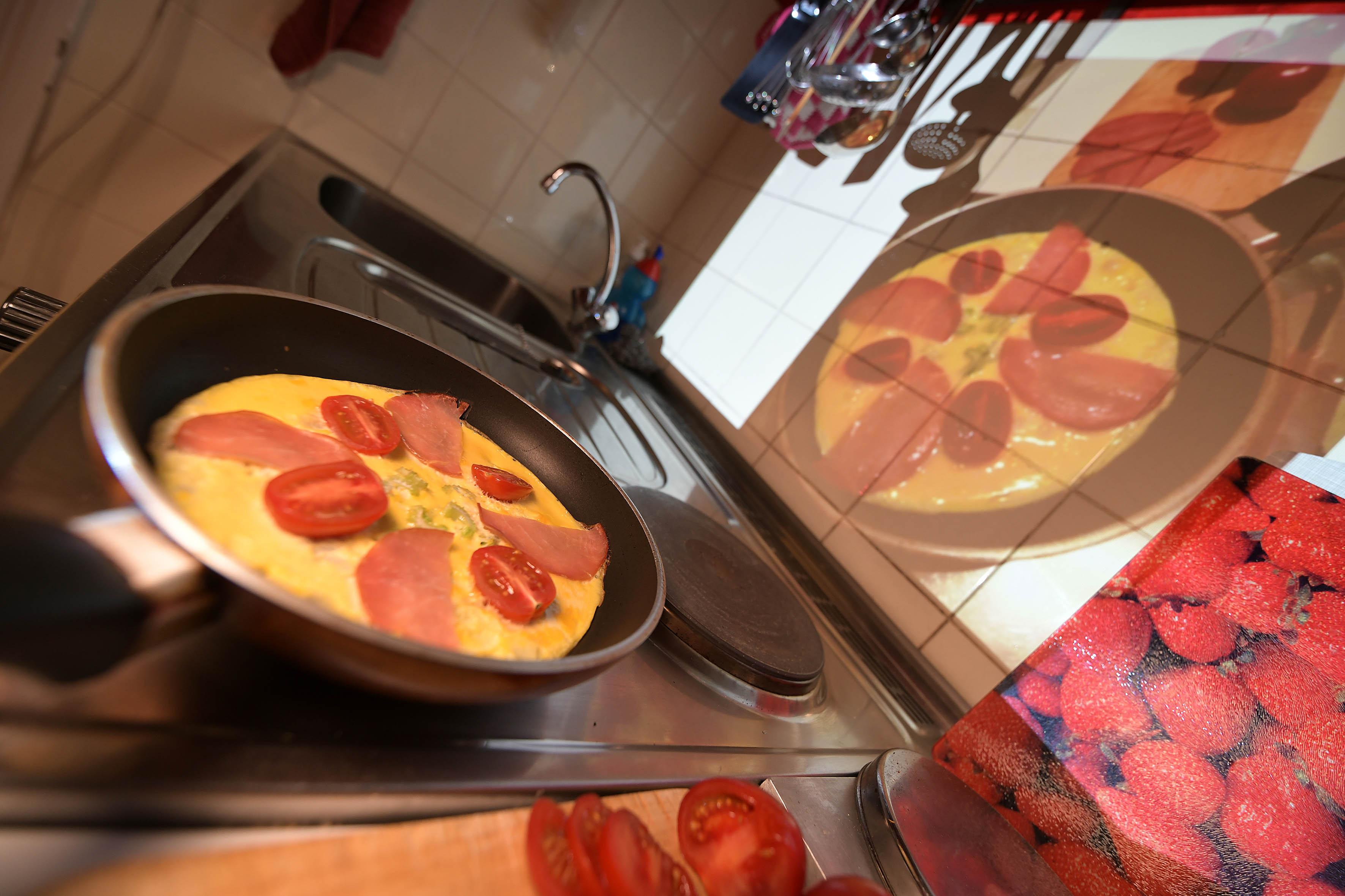 Foto: Michael B. Rehders Originalgetreu wird in unserer kleinen Redaktionsküche das Rezept an die Wand projiziert und nachgekocht. Sollte es doch mal spritzen, wird die Wand einfach abgewischt. Das Rezept bleibt gut lesbar – und das Omelette sieht so richtig lecker aus. Hmmm!