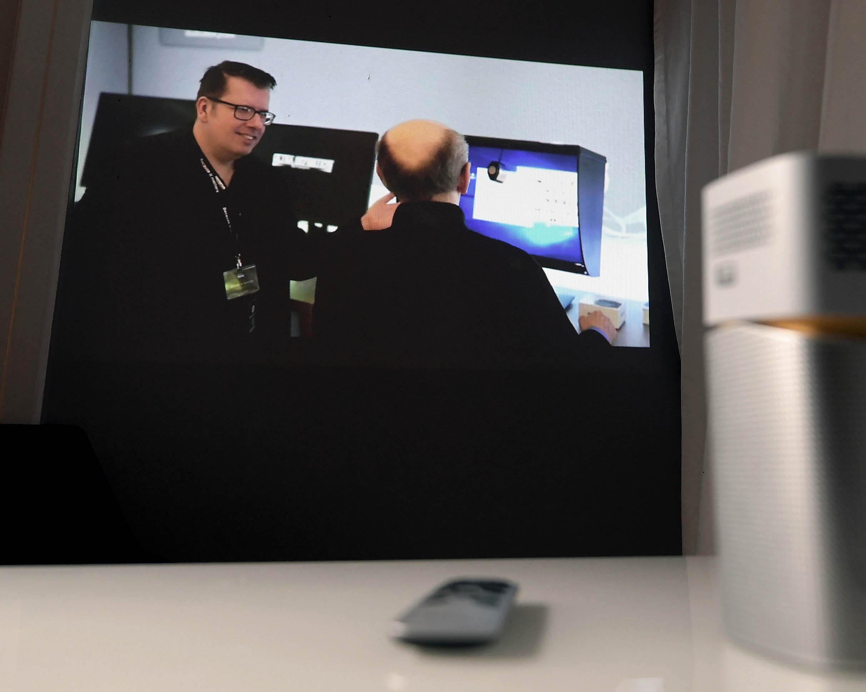 Foto: Michael B. Rehders Bei geringem Umgebungslicht gelingt es dem BenQ GV1, immer noch satte Bilder auf die Wand zu projizieren.