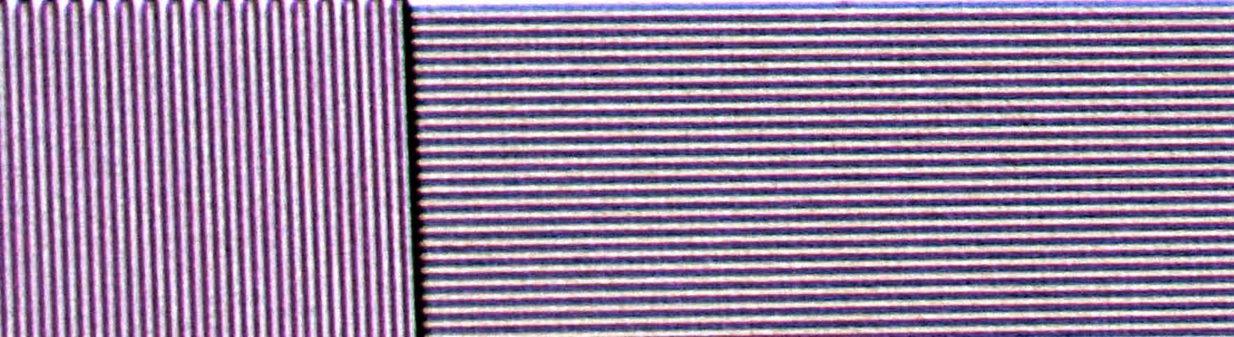 Allerkleinste Linienmuster in UHD-Pixelgröße stellt der JVC DLA-N7 vollständig dar. Der volle Kontrast bleibt erhalten. Aufgrund von minimalen Interferenzen/Konvergenzabweichungen kommt es zu ganz leichten Einfärbungen der schwarzen Linien. Diese haben keinen negativen Einfluss auf reale Bildinhalte und sind nur auf Testbildern zu detektieren.