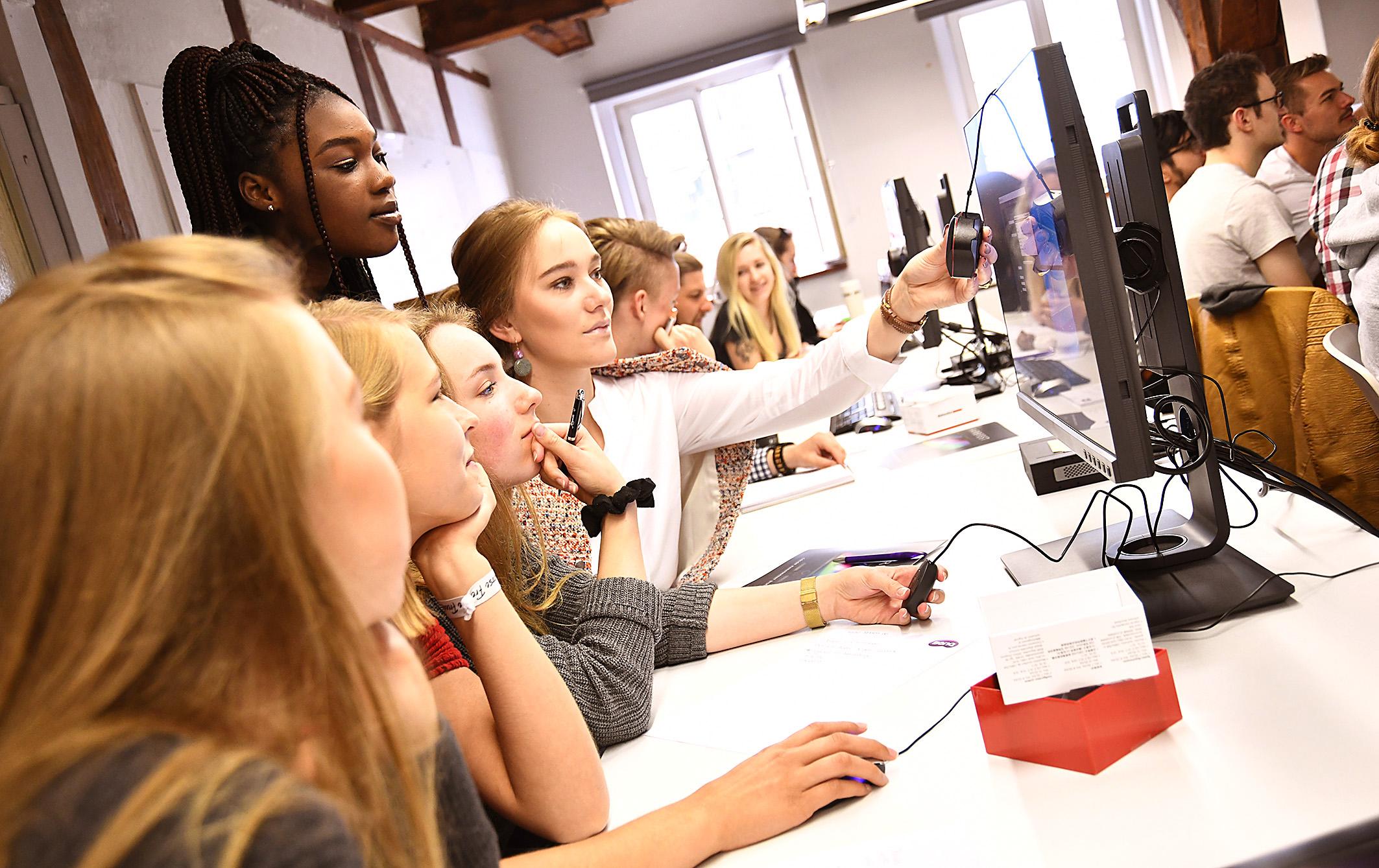 Kalibrierworkshop IND - Studenten beim Kalibrieren 3 - Foto Michael B. Rehders - Hamburg 2018