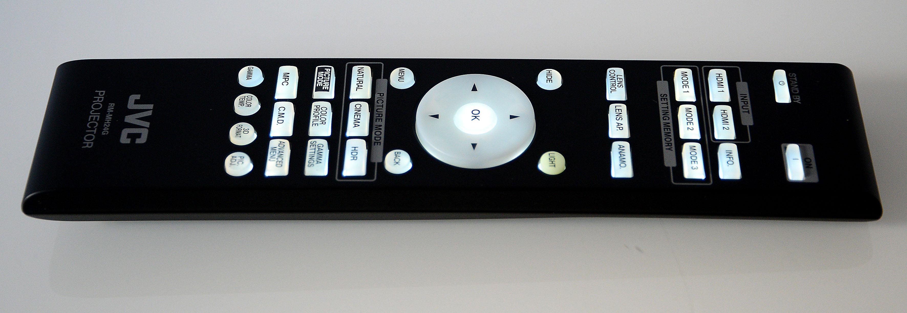 Foto: Michael B. Rehders Die handliche Fernbedienung des JVC DLA-X7900 besitzt eine angenehm helle Hintergrundbeleuchtung. Diese sorgt für sehr gut lesbare Tastaturbeschriftungen. Damit gelingt die Navigation durch das On-Screen-Menü zügig. Für die Lens-Memory-Funktion stehen gleich drei Direktwahltasten zur Verfügung: Mode 1 – 3.