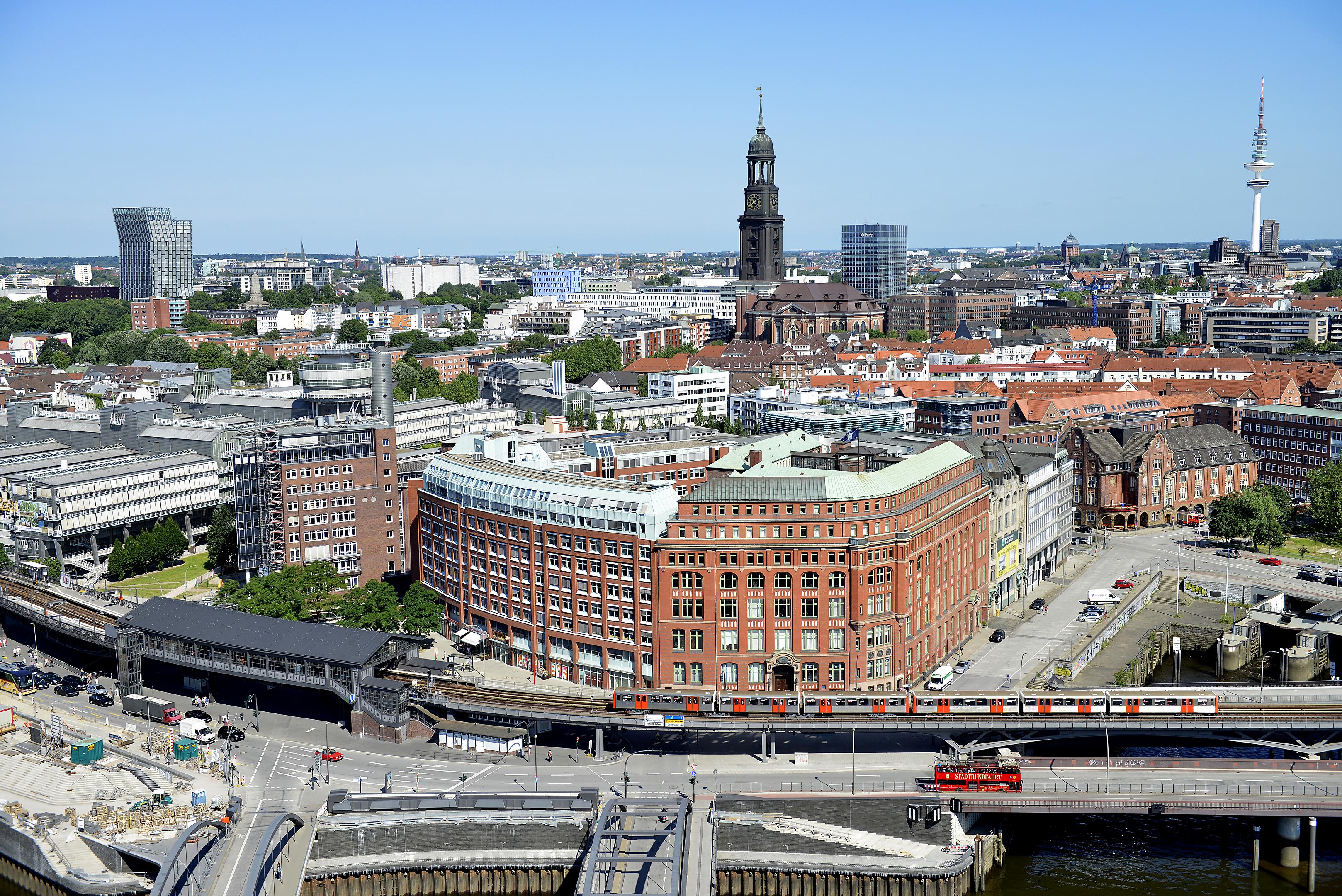 Foto: Michael B. Rehders Die Panoramaaufnahme habe ich aus der 20. Etage des Hanseatic Trade Centers geschossen. Das Bildwerk bietet viele Details, um die Leistungsfähigkeit von Projektoren zu bewerten.