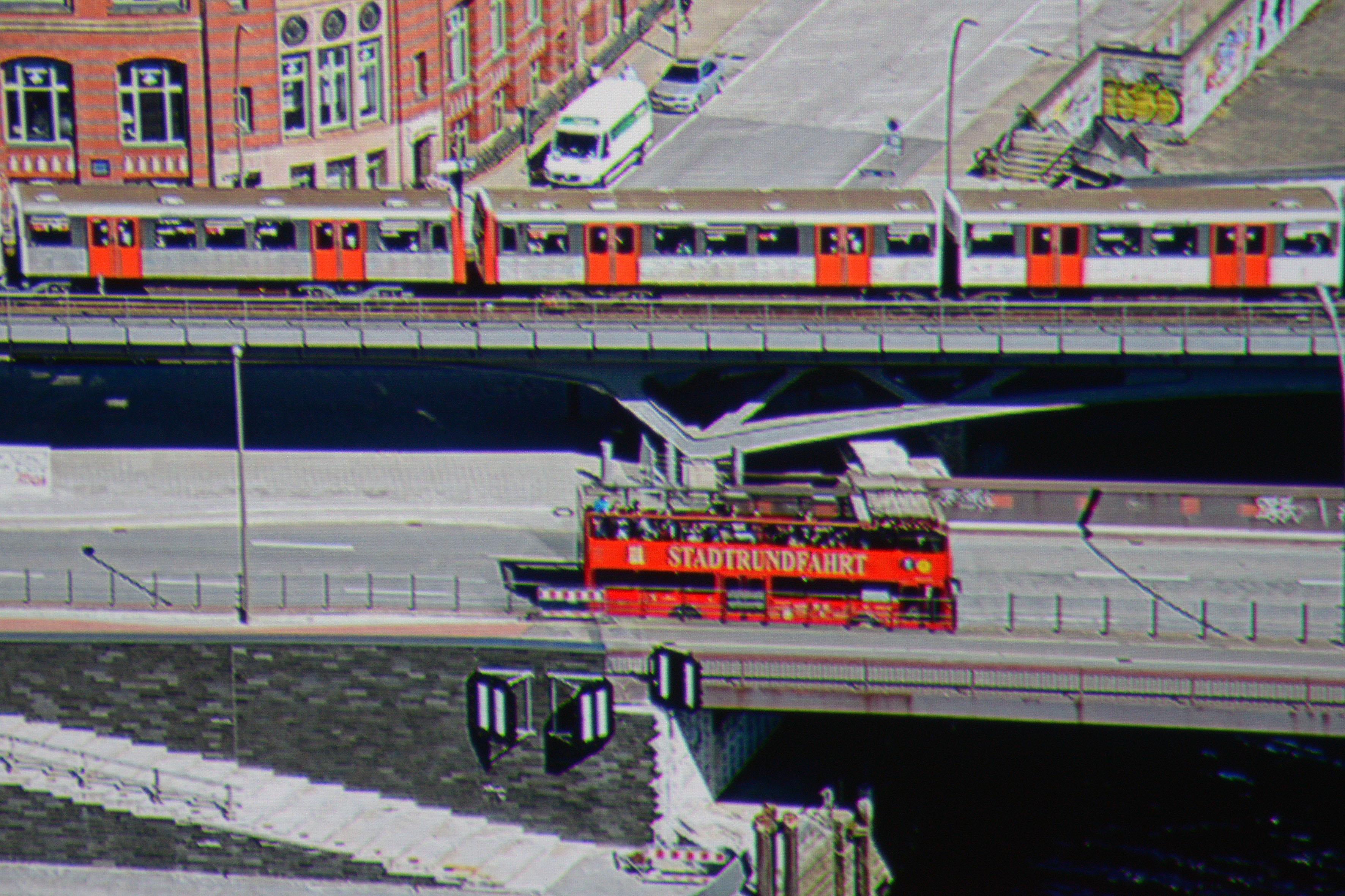 """JVC DLA-X7900 Der Schriftzug """"Stadtrundfahrt"""" wird vollständig dargestellt. Das Hamburg Wappen links daneben erscheint zwar mit Originalfarbe, aber aufgrund der Auflösung wird es nicht komplett abgebildet."""