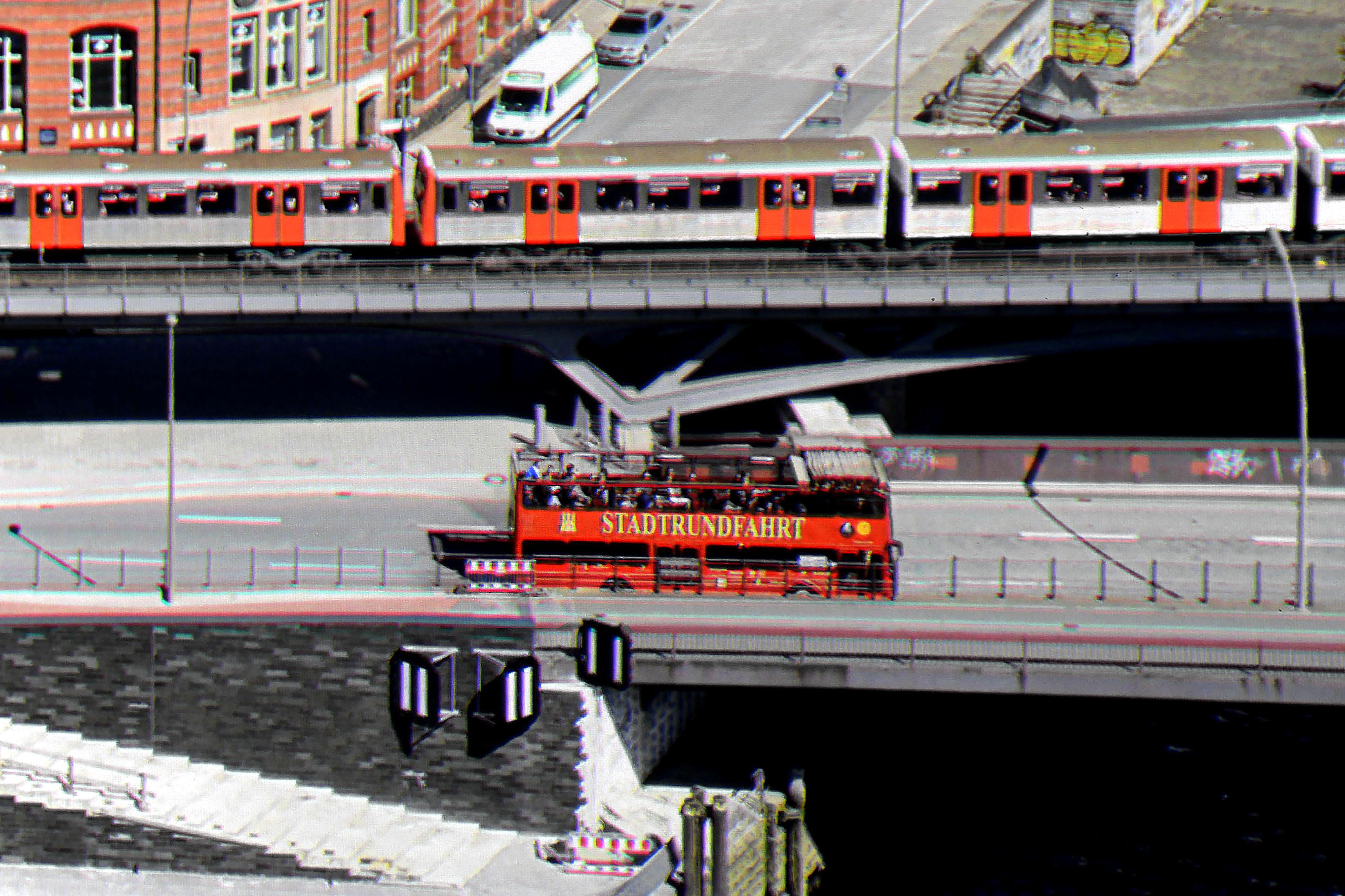 """JVC DLA-N7 Der Schriftzug """"Stadtrundfahrt"""" wird vollständig reproduziert. Das Hamburg Wappen links daneben ist ebenfalls vollständig. Überhaupt wirkt das Bild des DLA-N7 glasklar und noch etwas schärfer."""