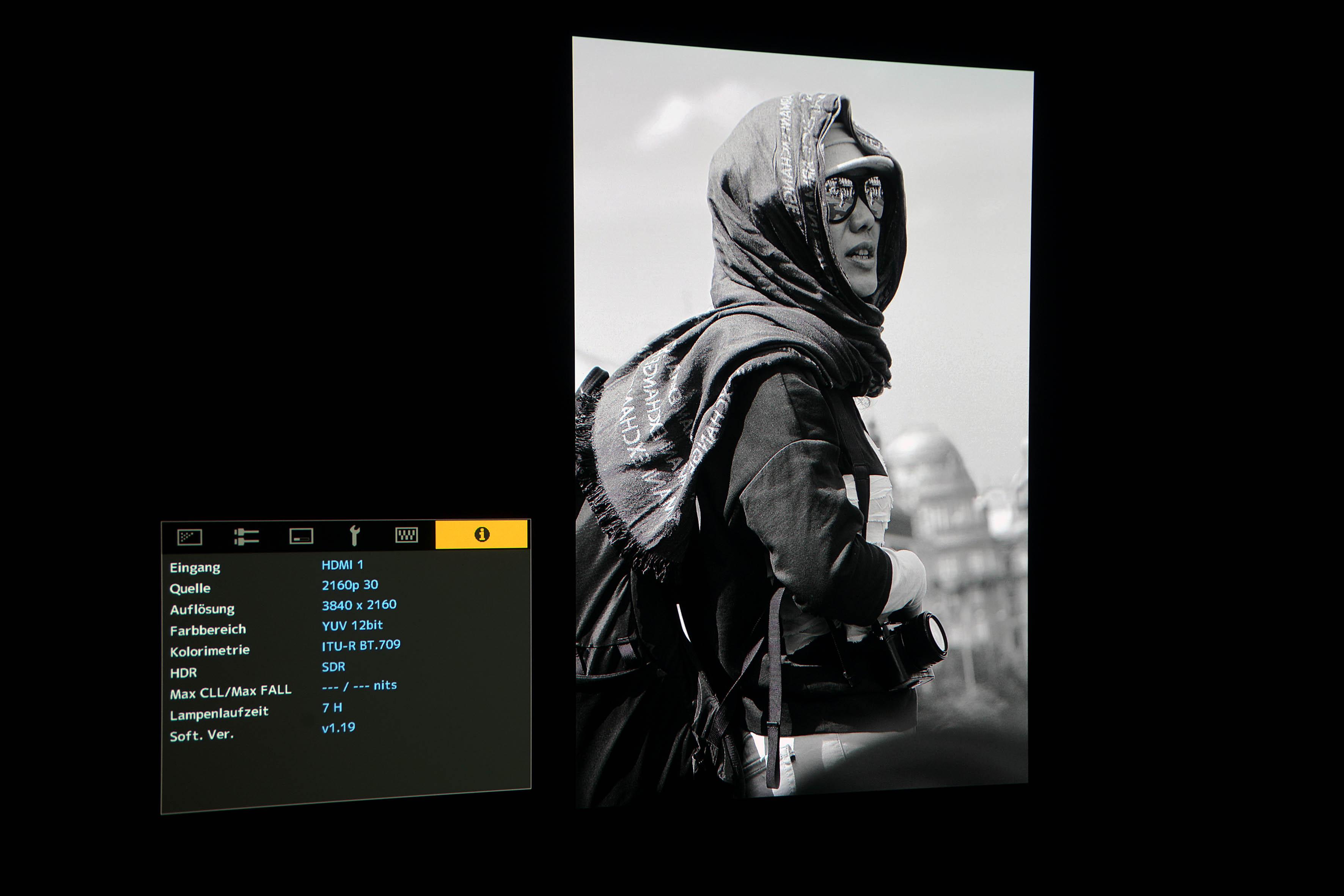 Foto: Michael B. Rehders Die Schwarz/Weiß-aufnahme der Fotografin in Prag gefällt mir mit dem JVC DLA-N7 prächtig. Das Werk wird völlig farbneutral auf der Leinwand abgebildet.