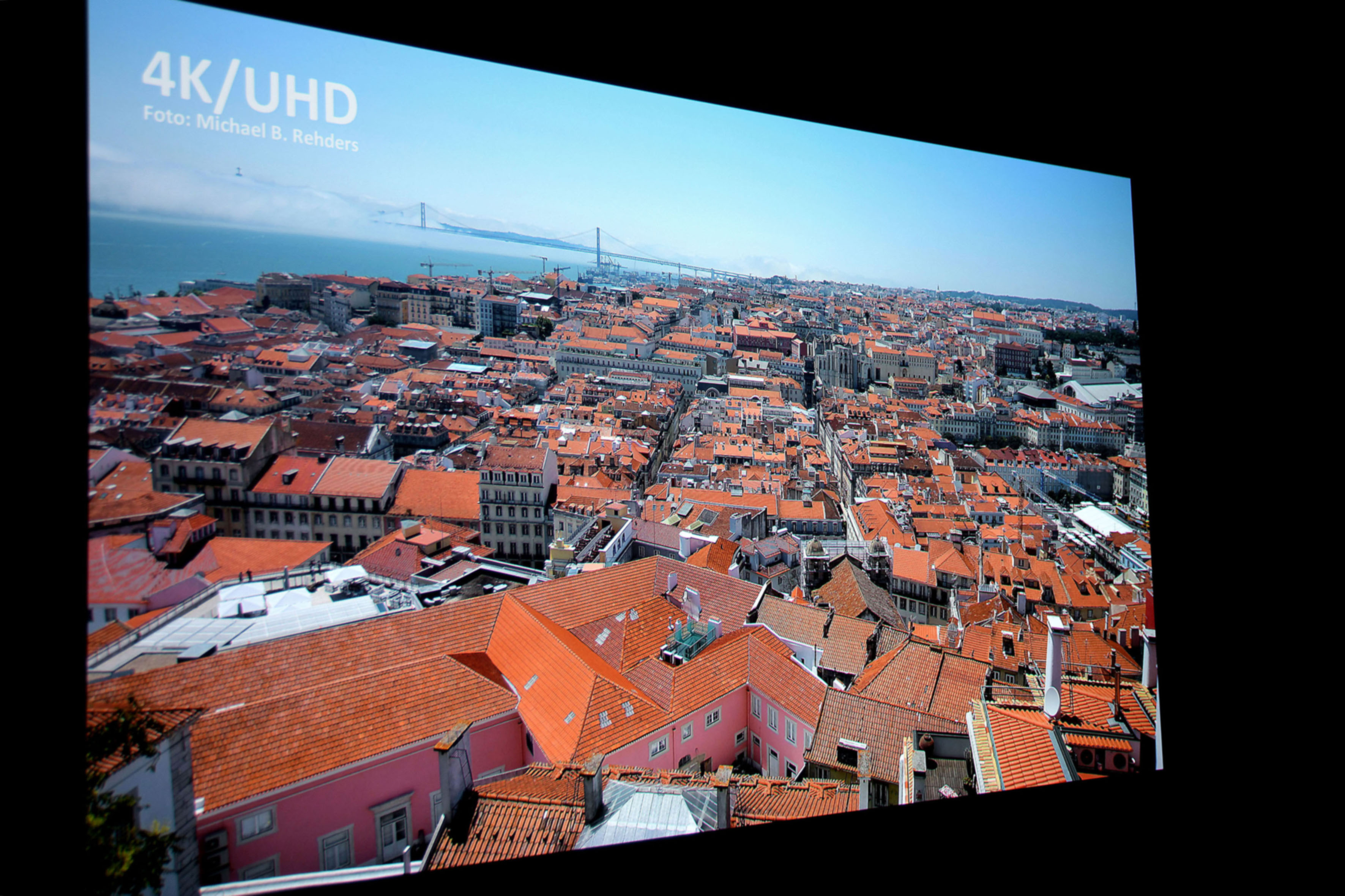 JVC DLA-X7900 Diese Aufnahme habe ich in Lissabon geschossen. Der JVC DLA-X7900 stellt feinste Elemente der Häuser dar. Der Nebel im Hintergrund sieht originalgetreu aus und selbst die Hängebrücke ist im Hintergrund detailliert zu erkennen.