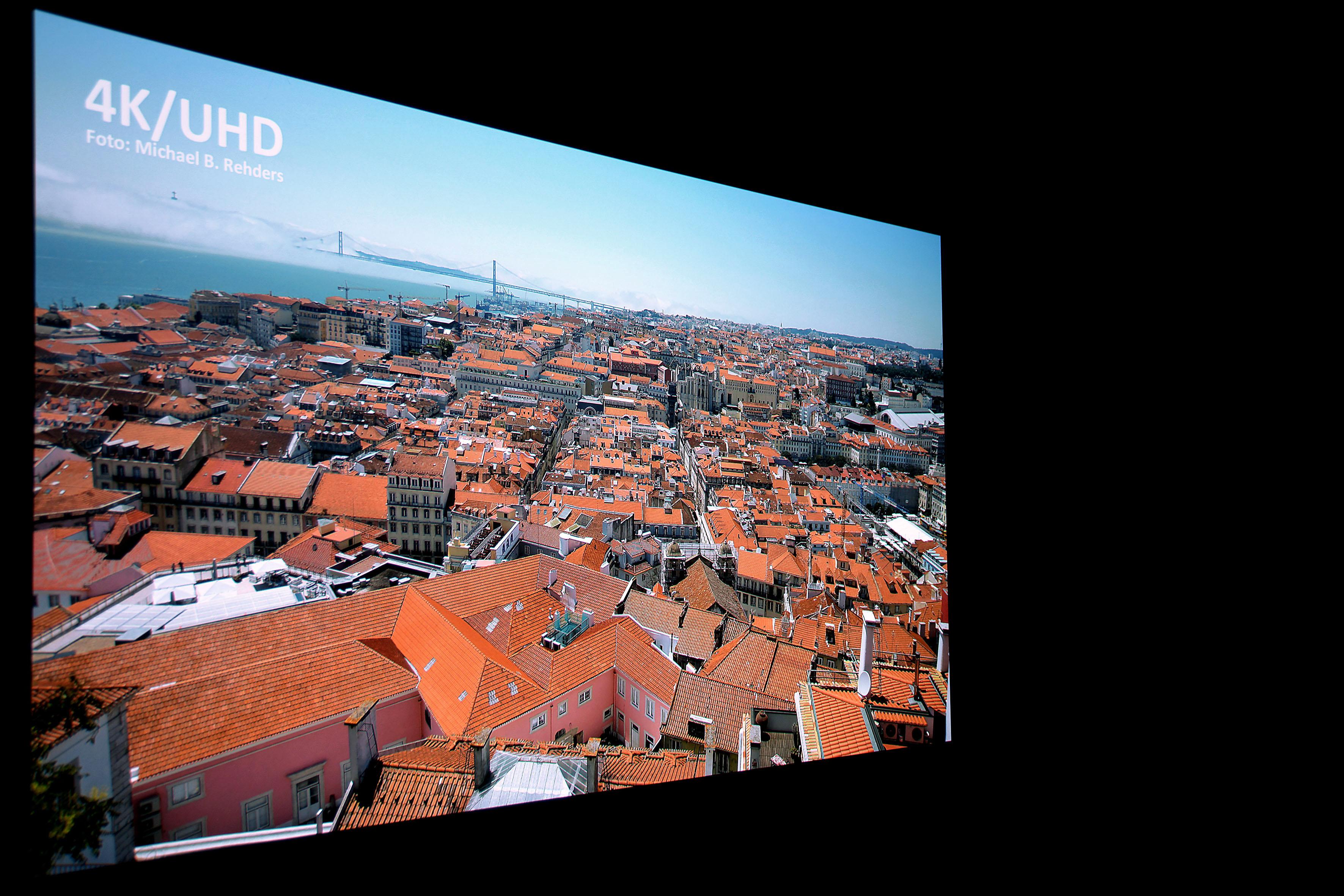 JVC DLA-N7 Die hohe Lichtausbeute gepaart mit exzellenter Detailschärfe, hohem Kontrast und 4K-Auflösung knallen ein wirklich atemberaubendes Bild auf die Leinwand. Strahlend helle und satte Farben mit allerfeinster Zeichnung der Gebäude begeistern.