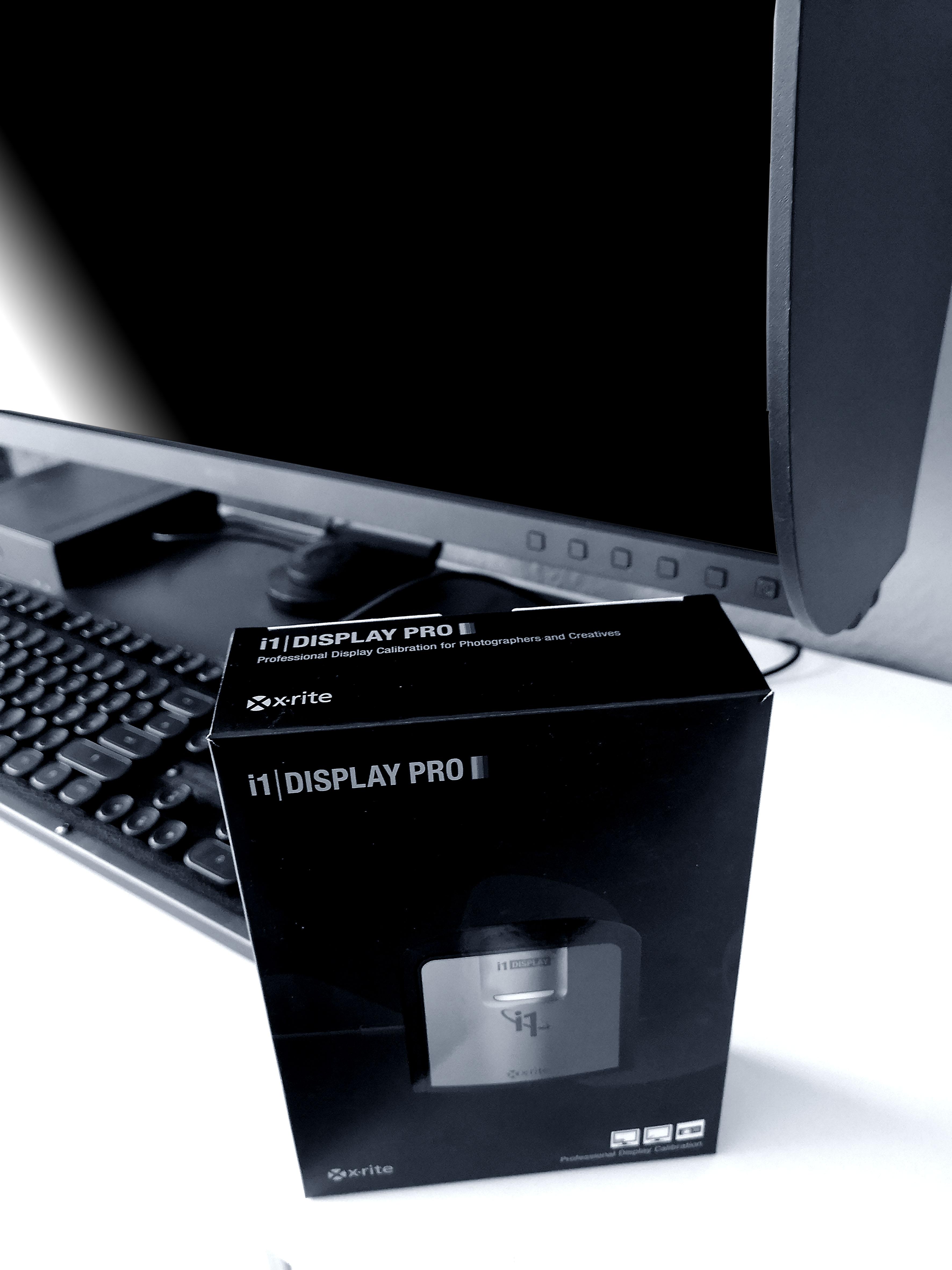Foto: Michael B. Rehders - Auch mein i1 Display Pro kam kurz zum Einsatz. Hier noch verpackt vor meinen BenQ SW320.