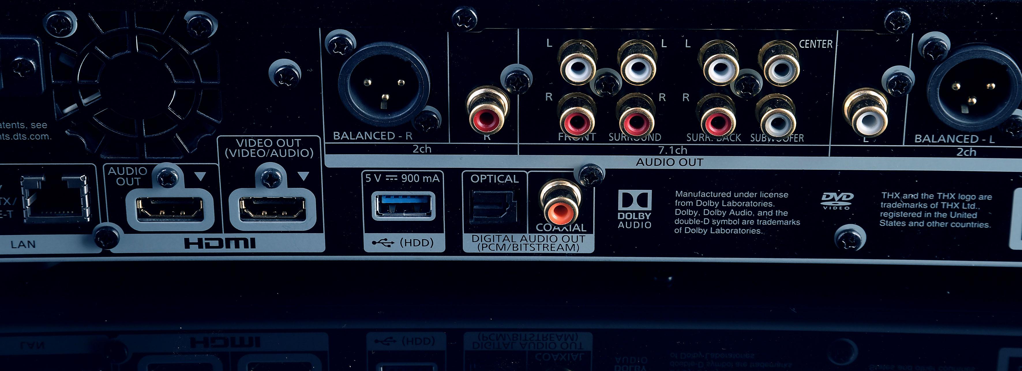 """Foto: Michael B. Rehders Noch einen drauf legt der Panasonic DP-UB9004. Er besitzt alle Anschlüsse des UB824 und zusätzlich zwei """"Stereoausgänge"""", in Form von Cinch und störungsunanfälligen XLR-Ports. Letztere eignen sich hervorragend, um lange Kabelstrecken zurück zu legen. Das richtet sich an professionelle Nutzer und High-Ender. Letztendlich gibt es auch noch einen Koaxial-Ausgang, zum Beispiel für die Wiedergabe von Musik-CDs."""