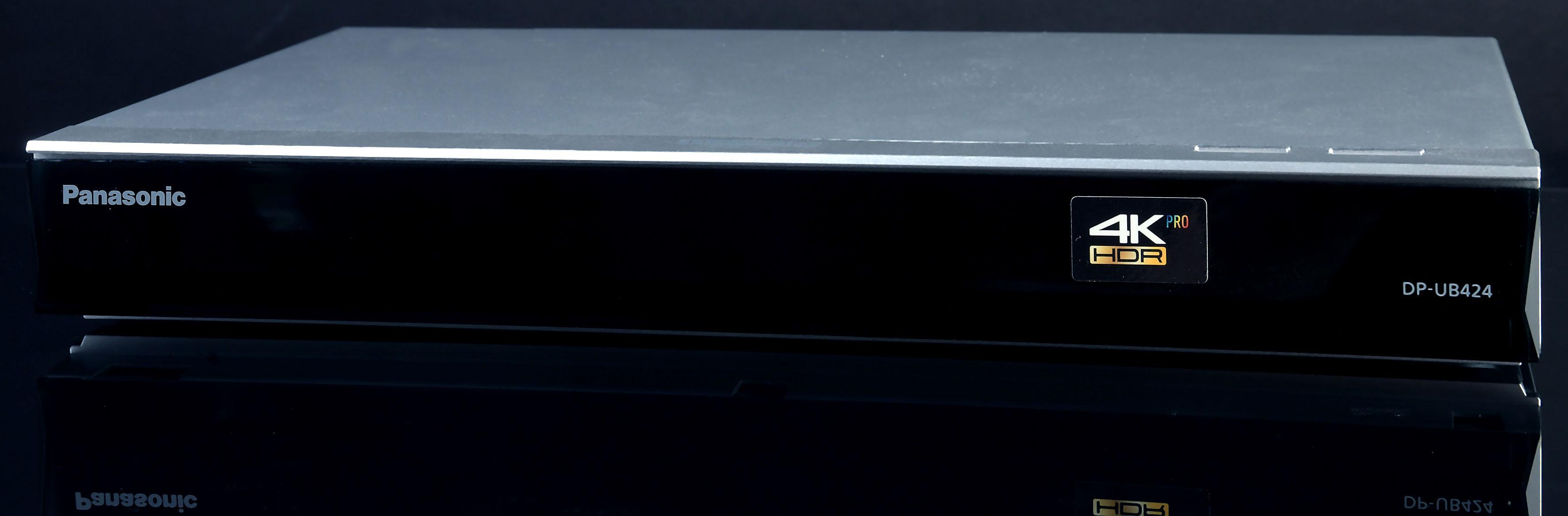 Foto: Michael B. Rehders Der Panasonic DP-UB424 sieht mit transparenter glänzender Frontklappe und dünnem silberfarbenem Blech schon schick aus.