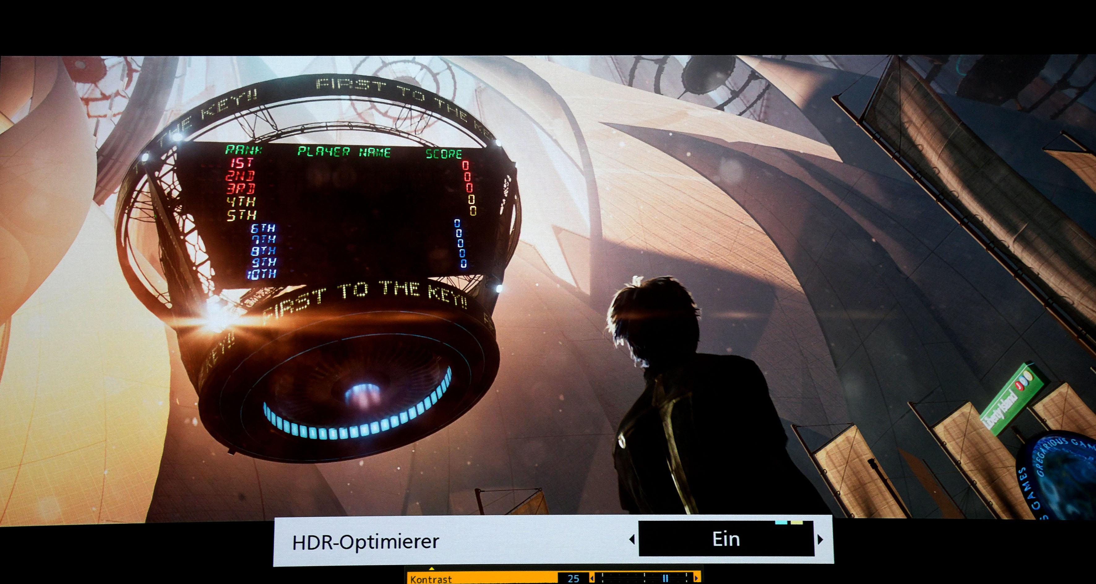 """Ready Player One – Dieser Spielfilm hat sehr viele Inhalte, die heller dargestellt werden sollen, als es ein Projektor im Heimbereich kann. Via Tone Mapping auf 500 Nits werden alle Bildsignale reproduziert. Dafür muss bei den Panasonic-Playern lediglich der HDR-Optimizer """"Ein"""" geschaltet werden."""