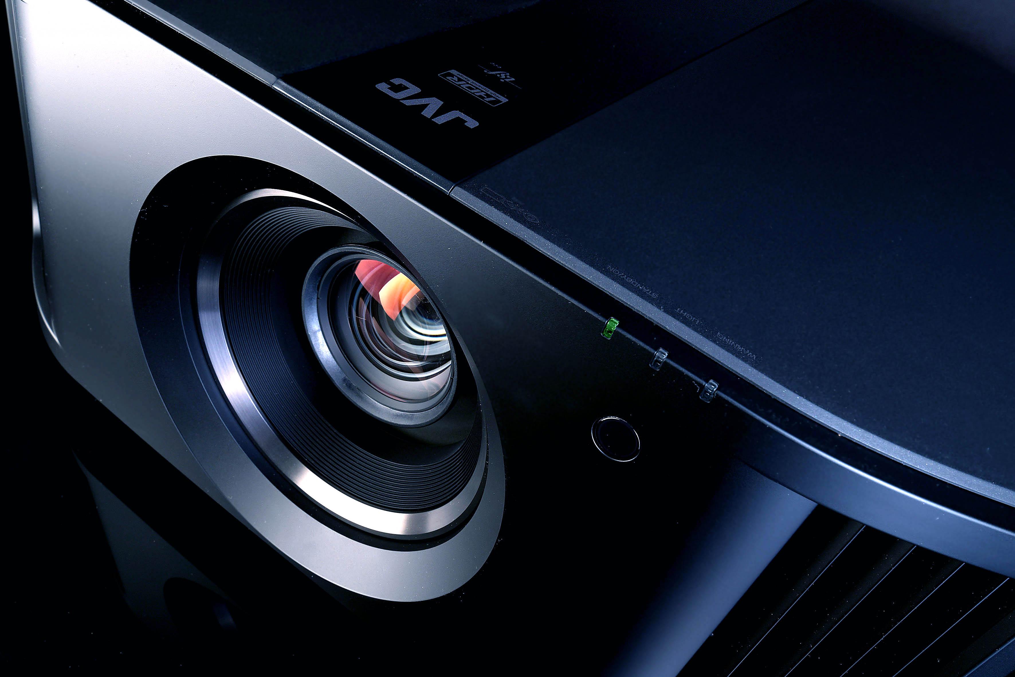 Foto: Michael B. Rehders JVC DLA-N7 – dieser native 4K-Projektor ist der ideale Spielpartner für die drei Panasonic 4K-Blu-ray-Player.