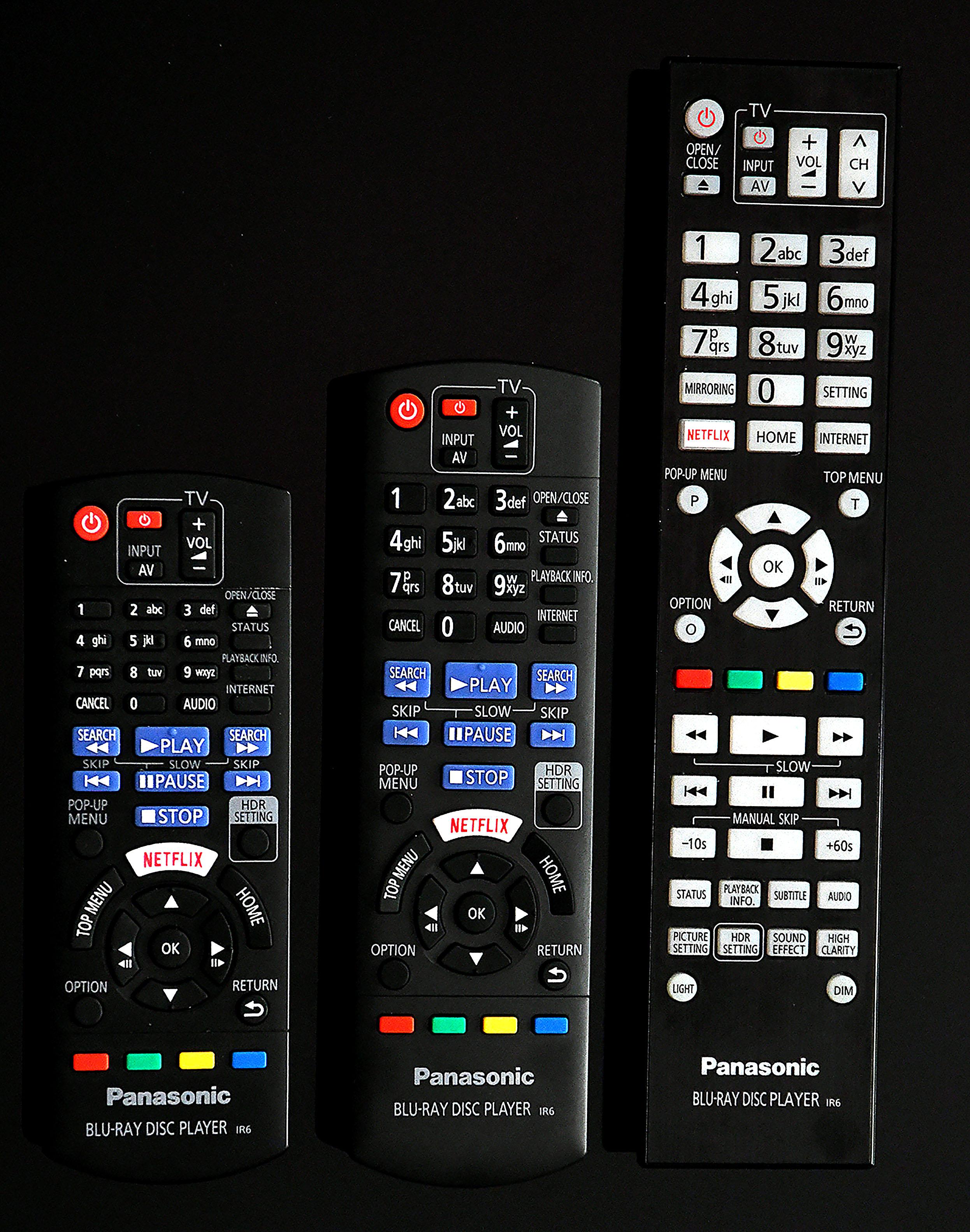 """Foto: Michael B. Rehders Die beste Fernbedienung ist die vom Panasonic DP-UB9004 (ganz rechts). Die beiden anderen Handsender besitzen eine suboptimal angebrachte """"Netflix""""-Taste, auf die ständig ungewollt geklickt wird, wenn durchs On-Screen-Menü navigiert wird."""