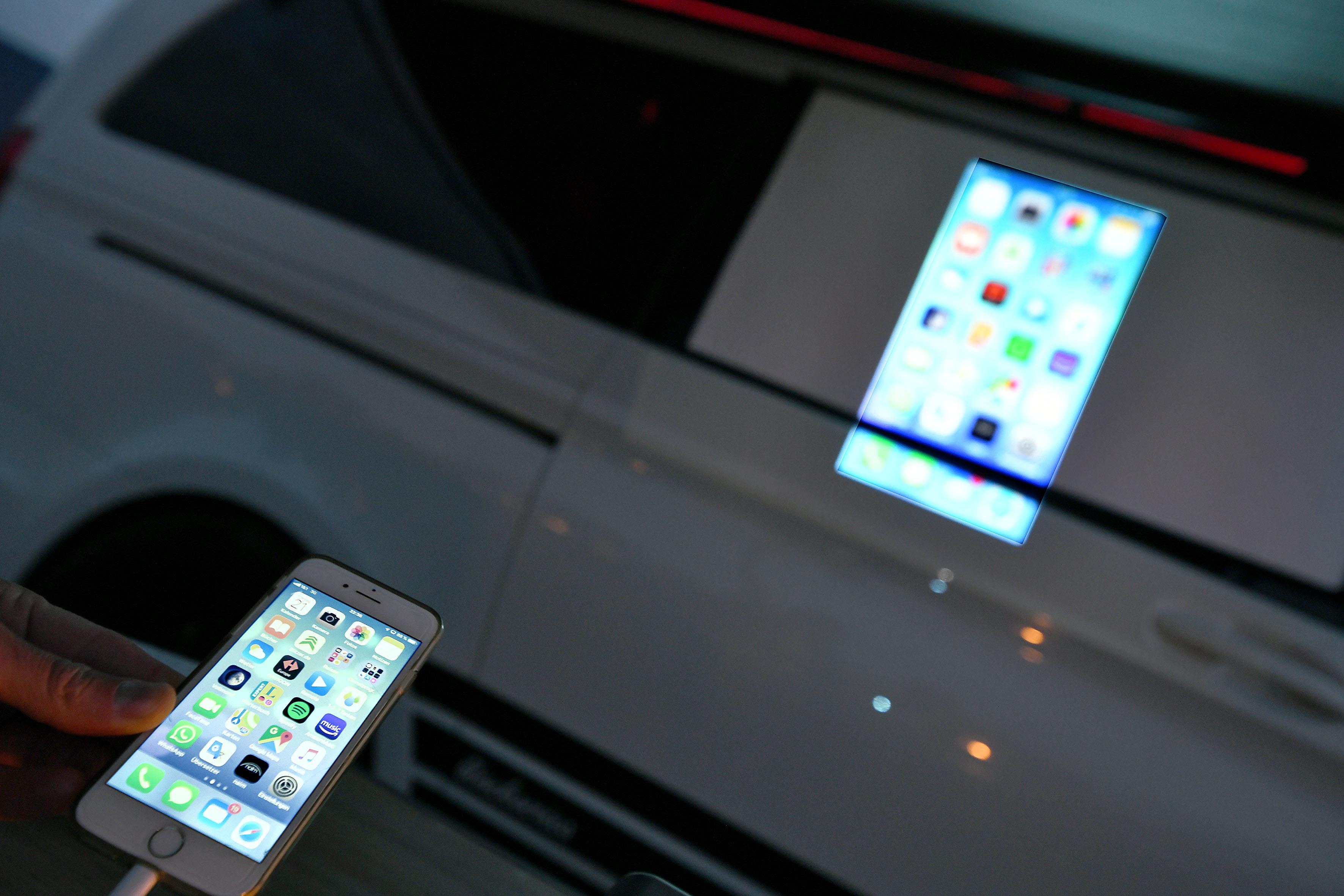 Foto: Michael B. Rehders Wird der Viewsonic M1+ via HDMI- oder USB-C-Kabel ans iPhone angeschlossen, wird alles projiziert, das auf dem Display des Smartphones abgebildet ist. Leichter und komfortabler geht es einfach nicht.