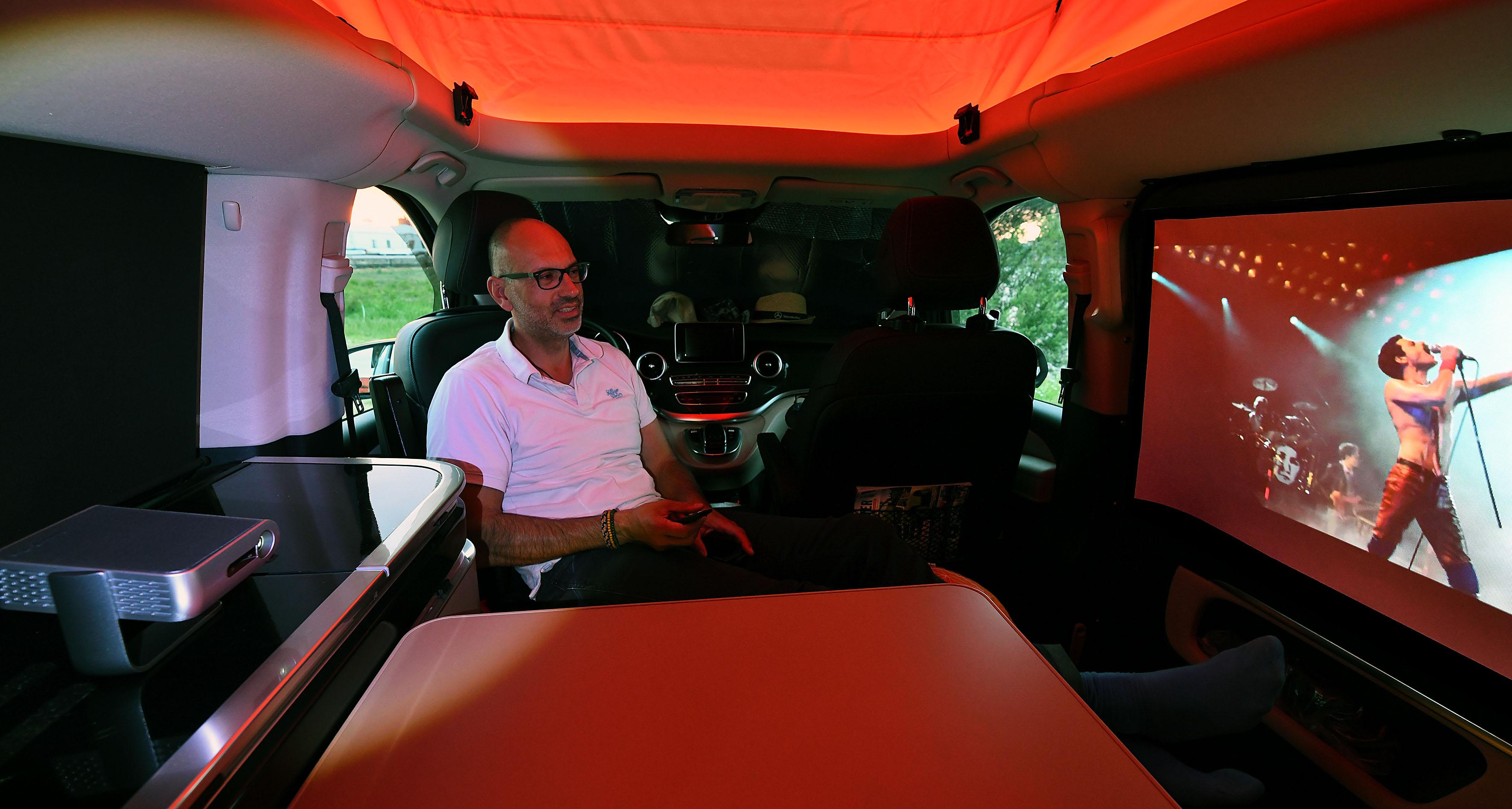 Foto: Michael B. Rehders Der Camper-Van ist nur rudimentär verdunkelt. Durch die Fahrer- und Beifahrertüren fällt noch etwa Tageslicht ein. Darüber hinaus sorgt die Ambient-Beleuchtung für eine schöne Lichtstimmung im Van. Eigentlich suboptimal für eine Projektion. Aber der ViewSonic M1+ gibt sich keine Blöße. Er ist hell genug auf der 100-cm-Leinwand und überstrahlt das Umgebungslicht weitgehend.