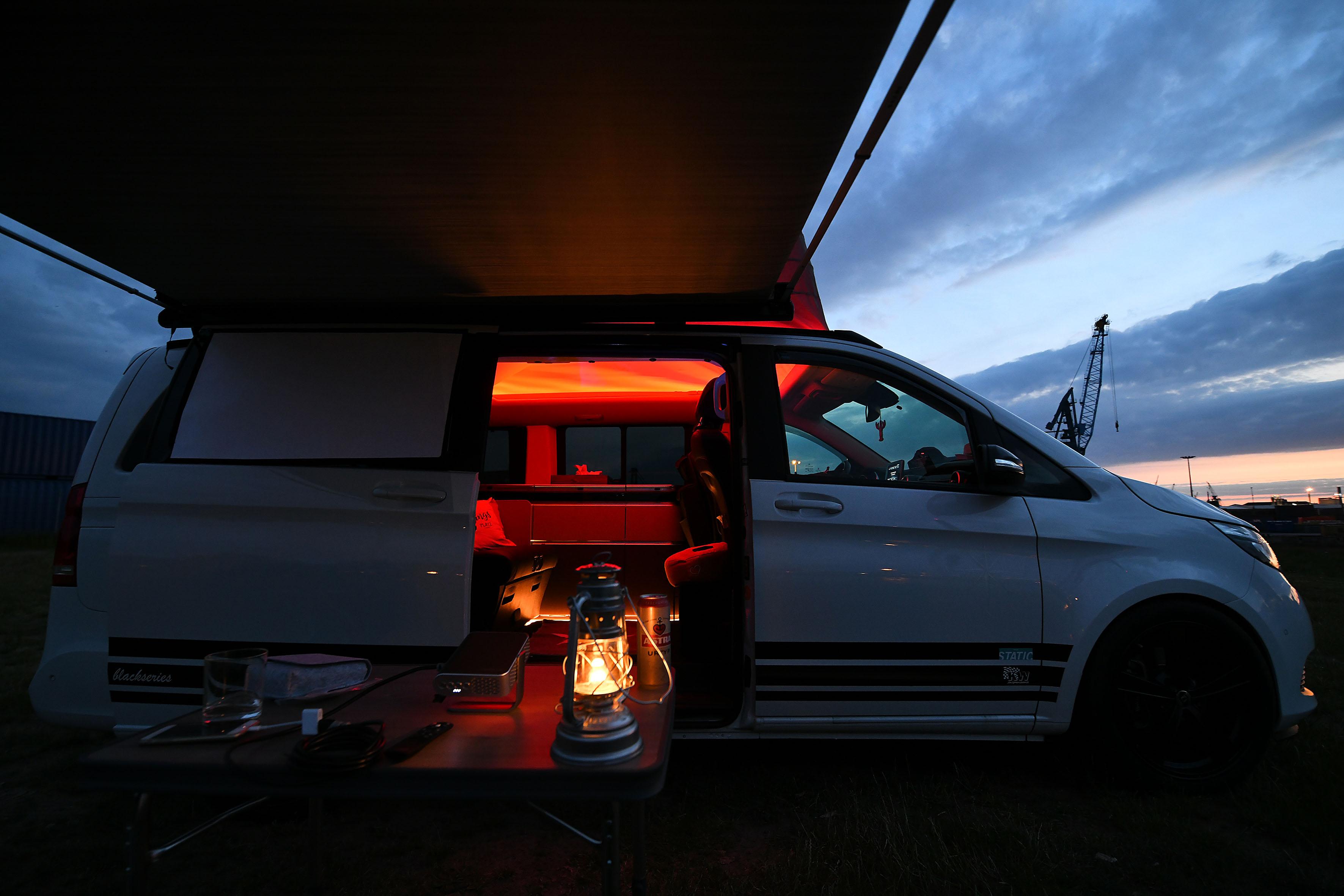 Foto: Michael B. Rehders Während die Leinwand bereits auf der Scheibe der Schiebetür montiert ist, wird der ViewSonic M1+ vor dem offenen Camper-Van aufgebaut.
