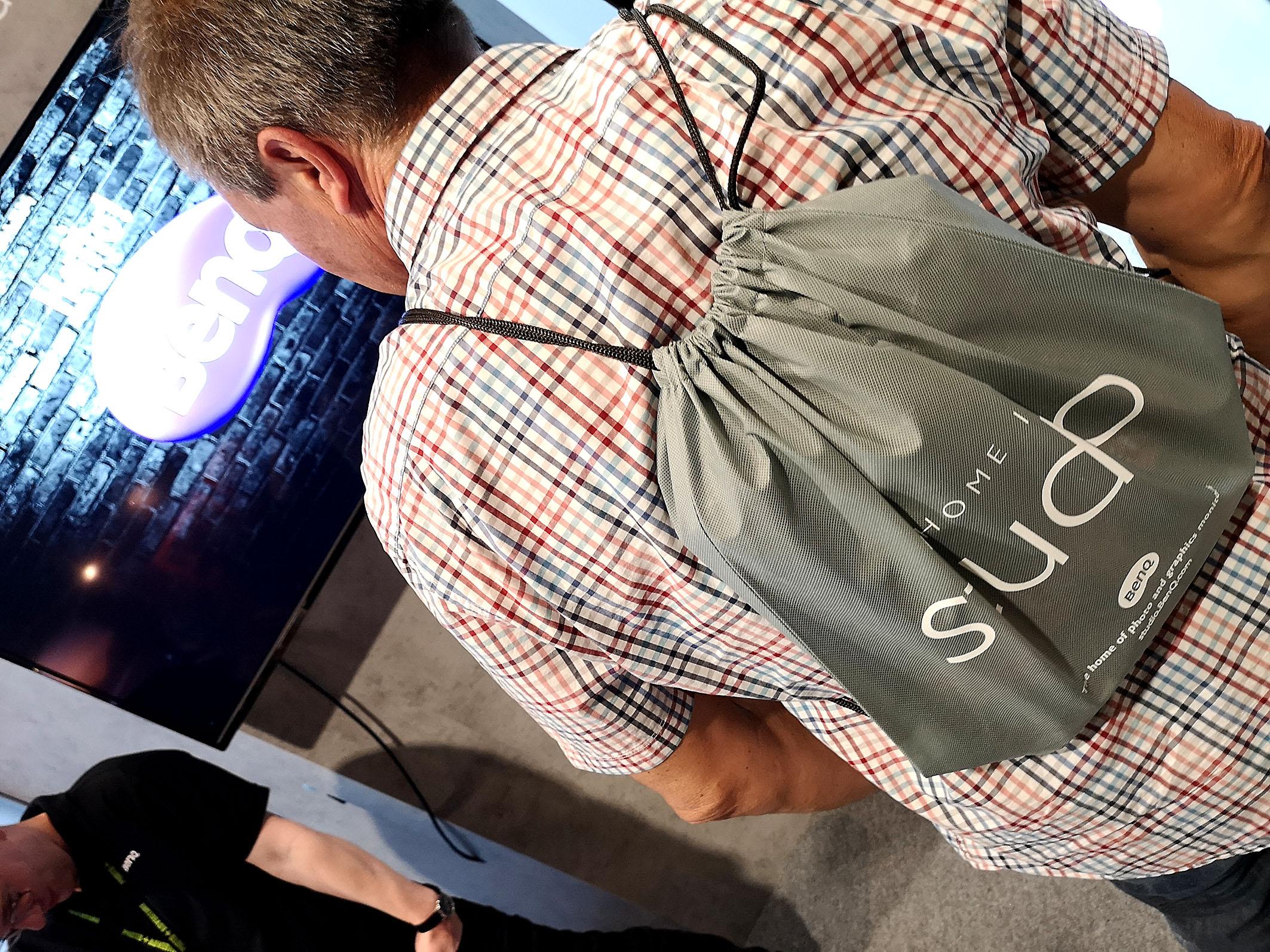 BenQ verschenkte elegante Stofftaschen, die auch als Rucksack funktionieren. Foto: Michael B. Rehders