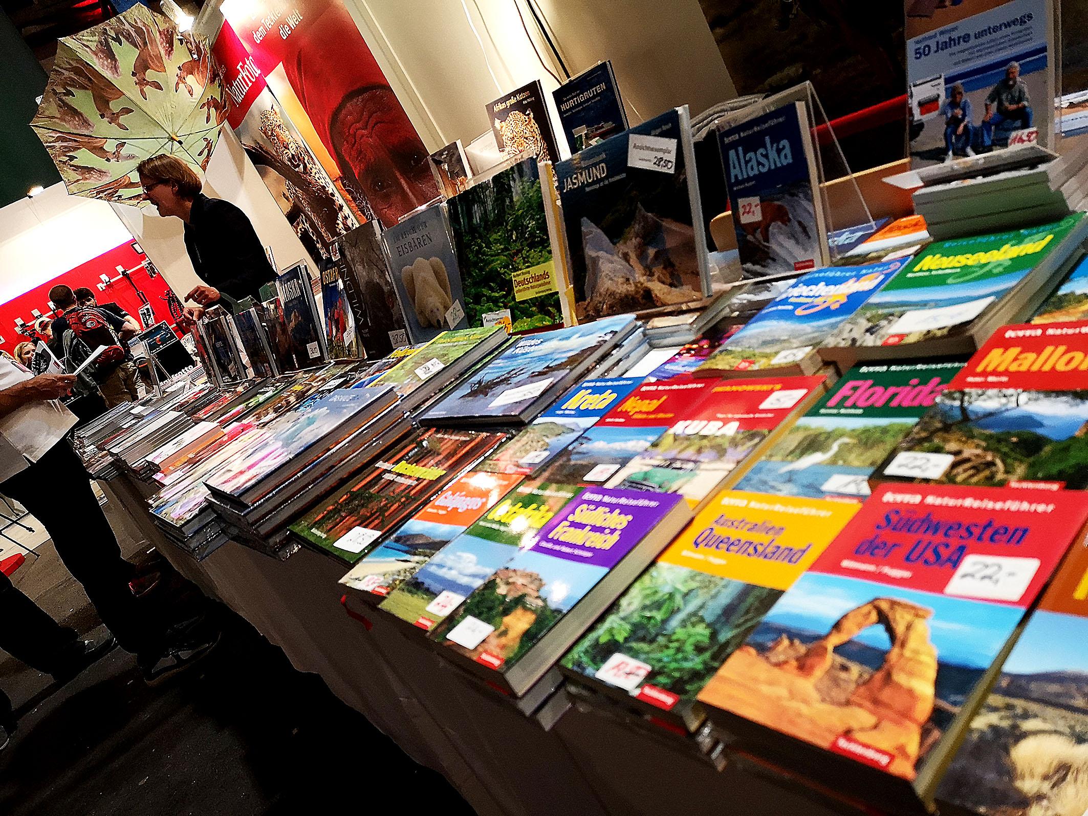 Kataloge und Reisebücher soweit das Auge reicht. Hier fand wohl jeder das Richtige für seinen nächsten Urlaub. Foto: Michael B. Rehders