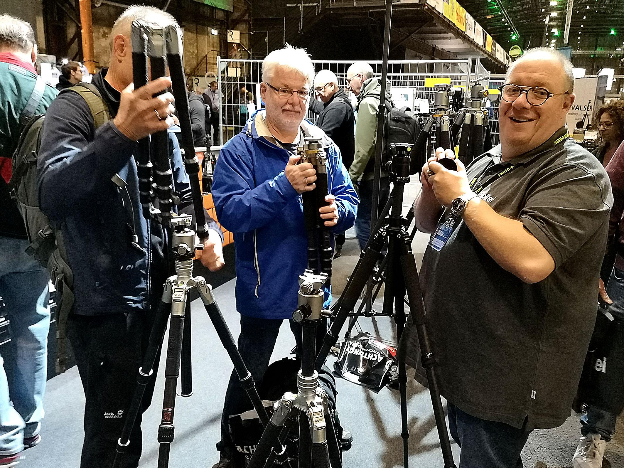 Drei Fotofreunde inspizierten die ausgestellten Stative. Foto: Michael B. Rehders
