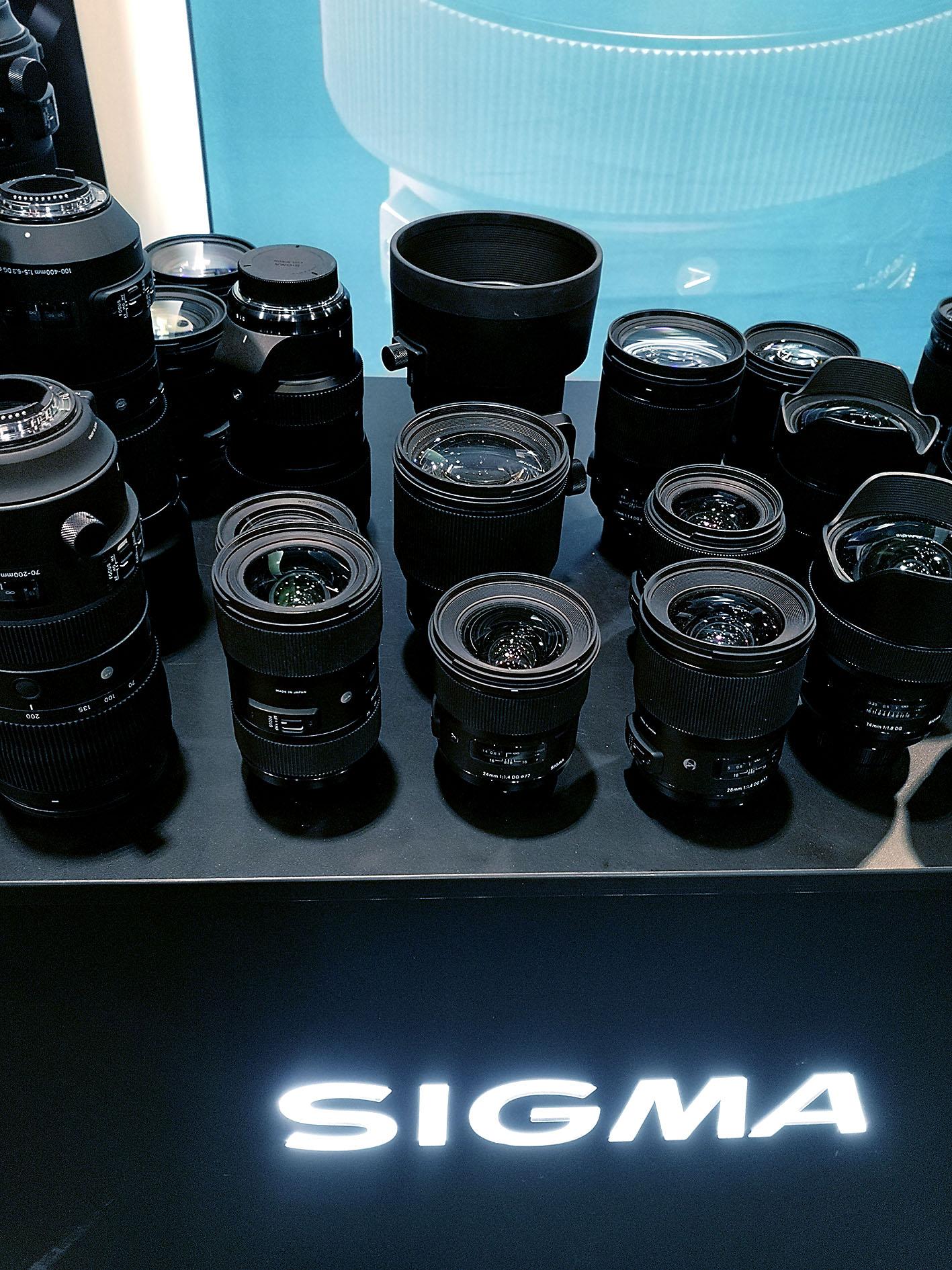 Sigma war in der Halle nur mit einem kleinen Stand vertreten. Der war aber komplett gefüllt mit Objektiven. Auf dem Freigelände war dann der große Messestand. Foto: Michael B. Rehders