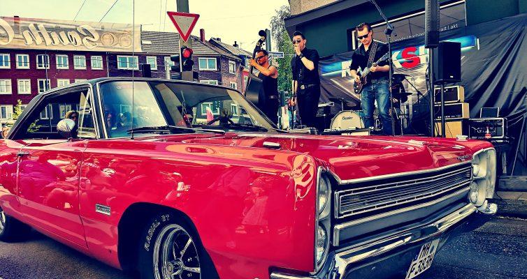 """Rock'n'Roll und heiße Cars! Die Hamburger Band """"Rocksin"""" rockte die Bühne. Foto: Michael B. Rehders – hier: Bildwerkeins."""