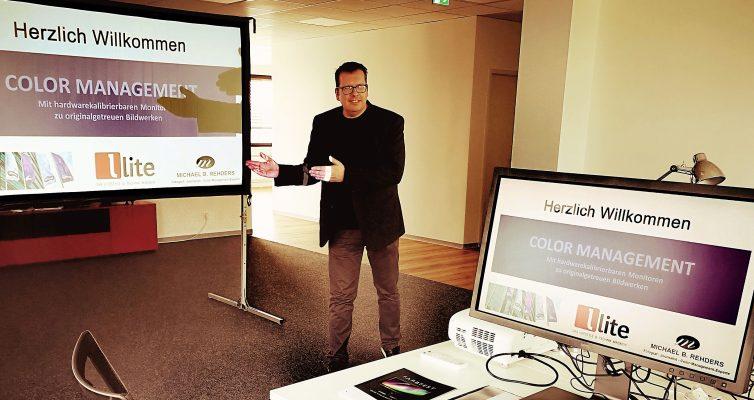 Foto: Roman Maier - Hier begrüße ich die Teilnehmer des Kalibrierworkshops. Diesmal in den neuen Räumlichkeiten des Lite-Magazins. Vorne ein hardwarekalibrierbarer BenQ SW320