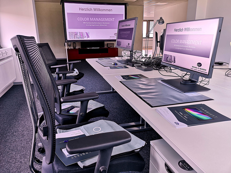 Foto: Michael B. Rehders - Die ersten zwei Arbeitsplätze sind eingerichtet. Der BenQ TK800 projiziert im Hintergrund auf eine Leinwand. Vorne BenQ SW2700 und dahinter der BenQ SW320.