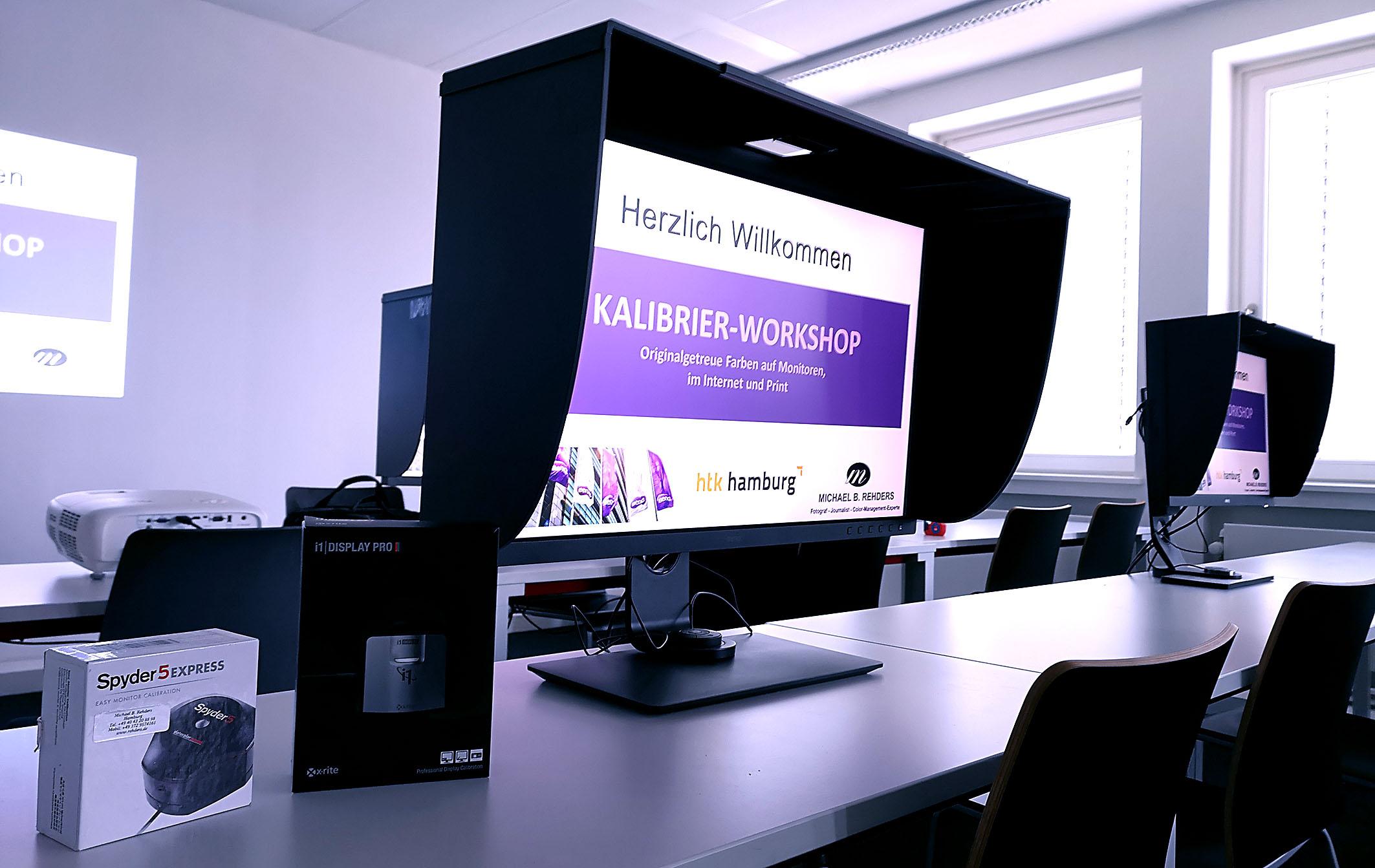Foto: Michael B. Rehders - Luxuriöse Ausstattung: Für den exklusiven Kalibrierworkshop in der HTK-Academy kamen die Monitore der BenQ PhotoVue Serie zum Einsatz, der 4K-Projektor BenQ TK800 sowie die aktuellen Sensoren von Datacolor (Spyder 5 und Spyder X) bzw. X-Rite (i1 Display Pro).