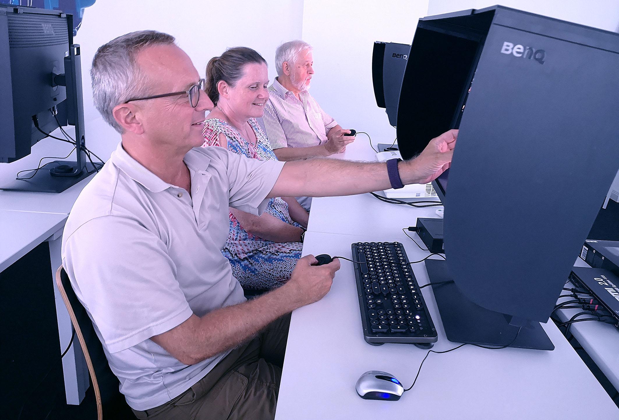 Foto: Michael B. Rehders - Sichtbar viel Spaß hatten die Teilnehmer beim Umgang mit dem Hotkey-Puk, mit dem ganz bequem durchs On-Screen-Menü der BenQ-Monitore navigiert werden kann.