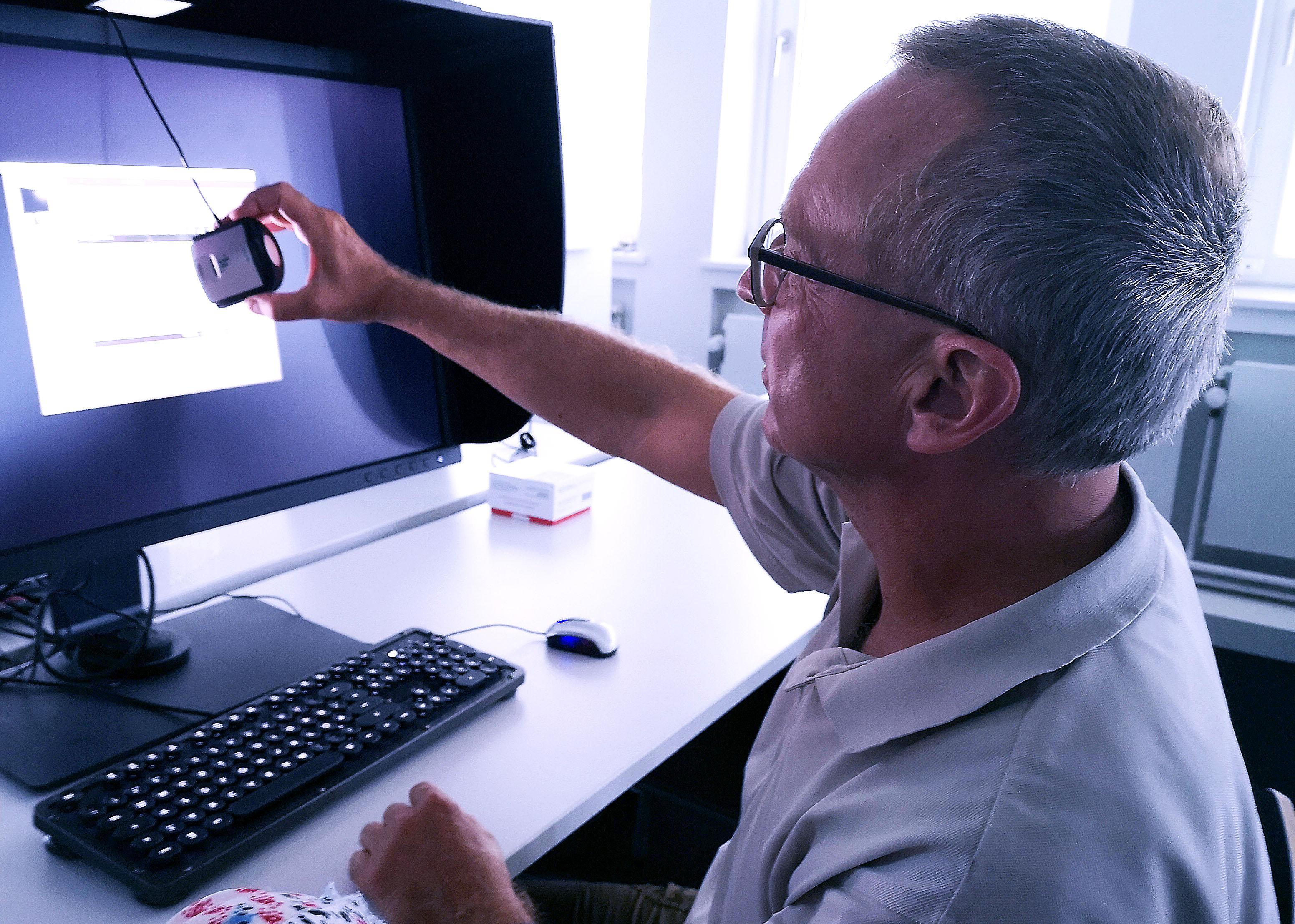 Foto: Michael B. Rehders - Konzentriert bei der Sache. Diesem Teilnehmer gelang es schnell ganz ohne Hilfe, das Color Management Display zu kalibrieren.