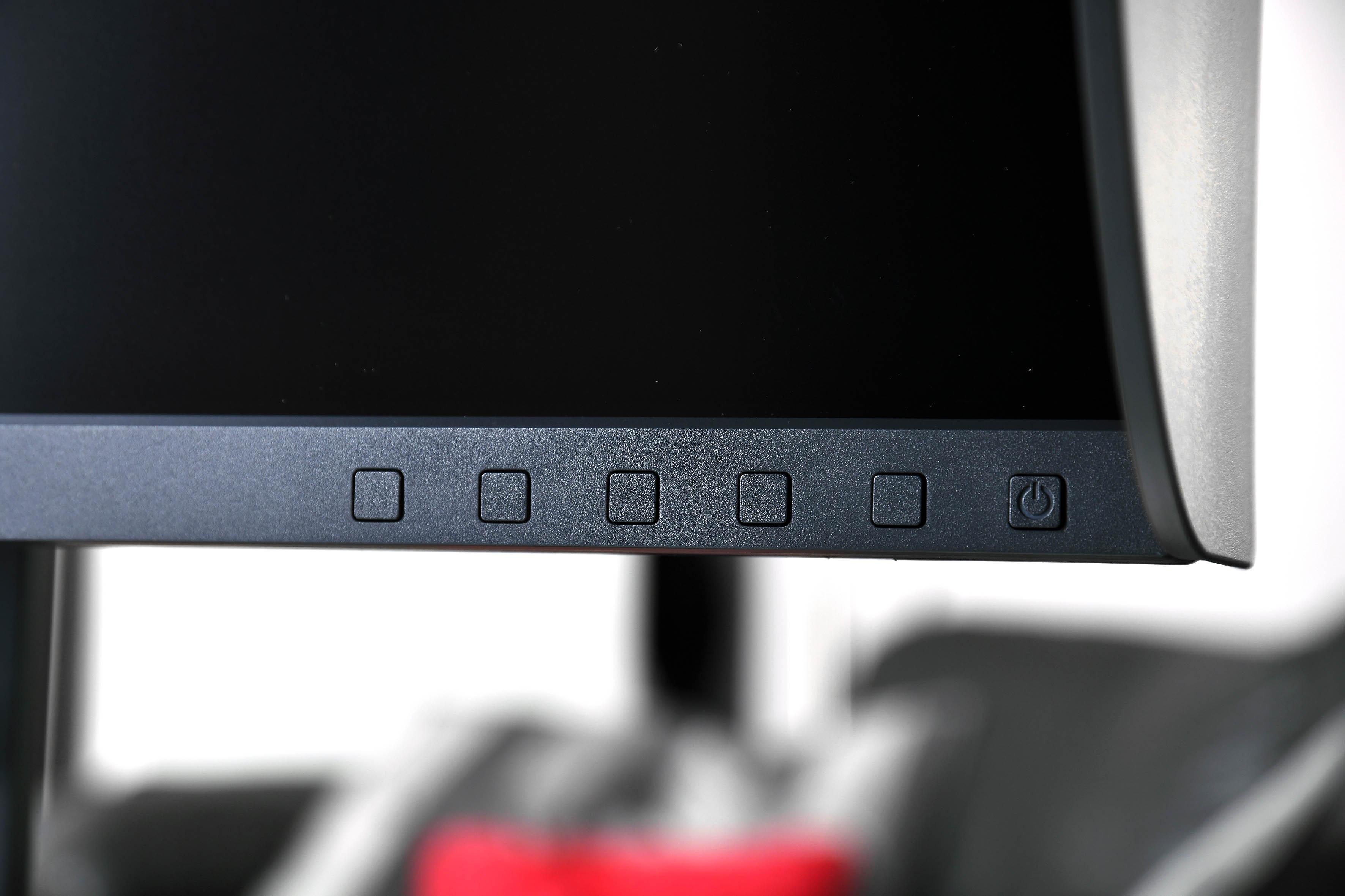 Foto: Michael B. Rehders – Der BenQ SW270 verfügt über eine Tastatur, die recht unauffällig vorne Rahmen eingelassen ist.