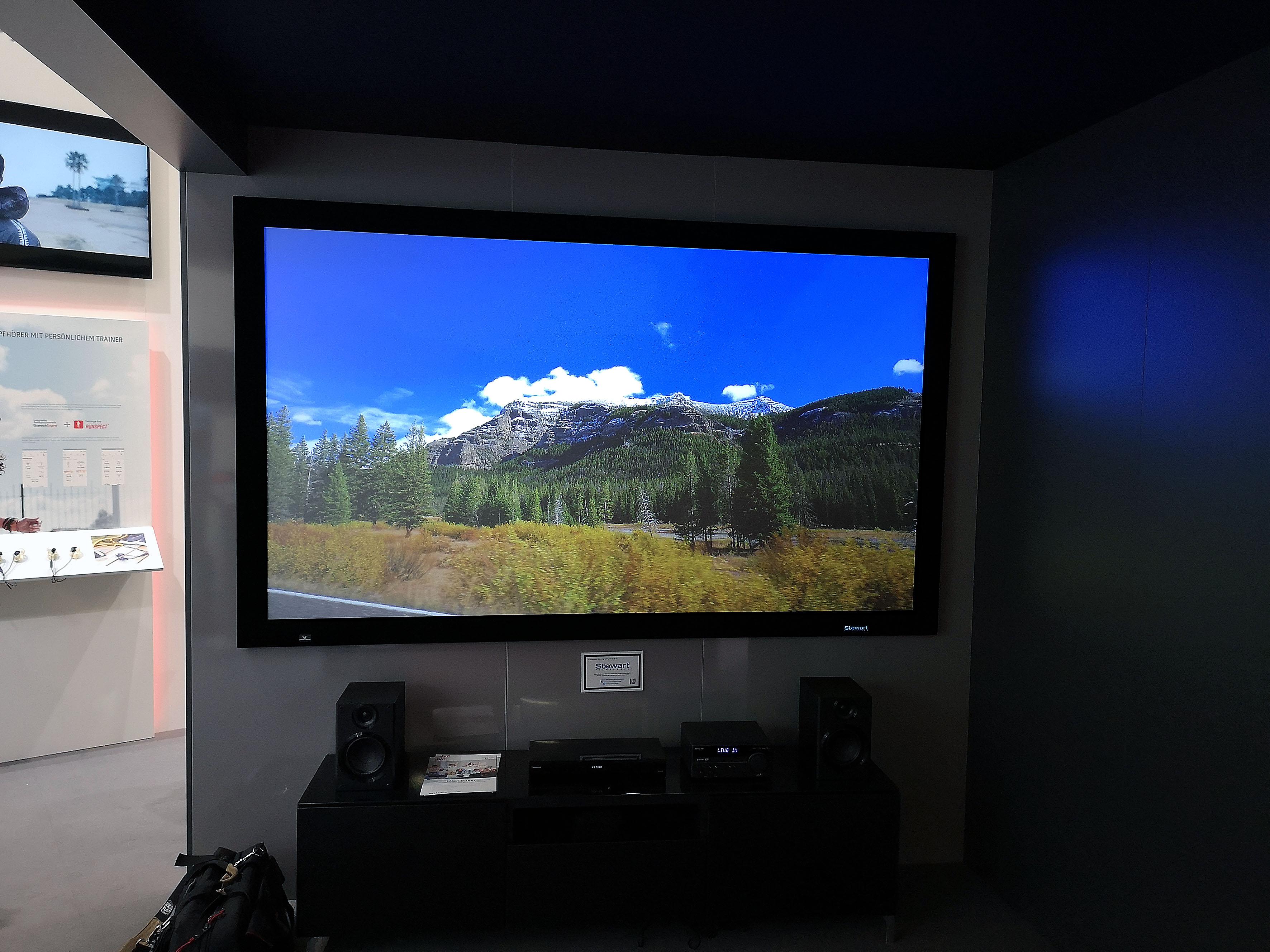 Foto: Michael B. Rehders - Das Bild des JVC LX-NZ3 sieht auf der Stewart Greyhawk fantastisch aus. Satte 3000 Lumen besitzt der Projektor laut Hersteller. Ein Test ist bereits vereinbart.
