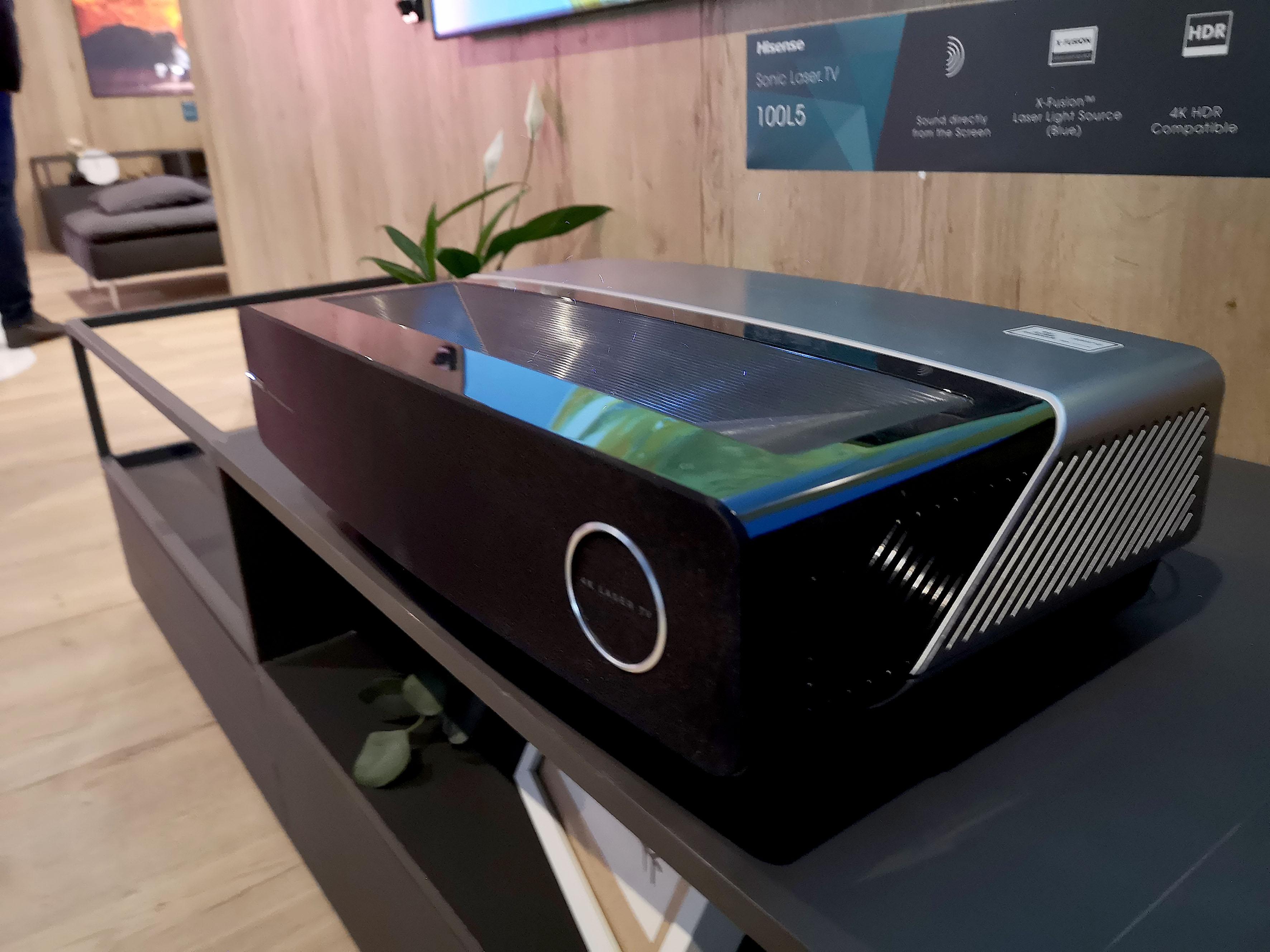 Foto: Michael B. Rehders - Ein Laser-Projektor befeuert die Leinwände so hell, dass selbst bei Tageslicht ein kontraststarkes Bild möglich ist. Toller TV-Ersatz!
