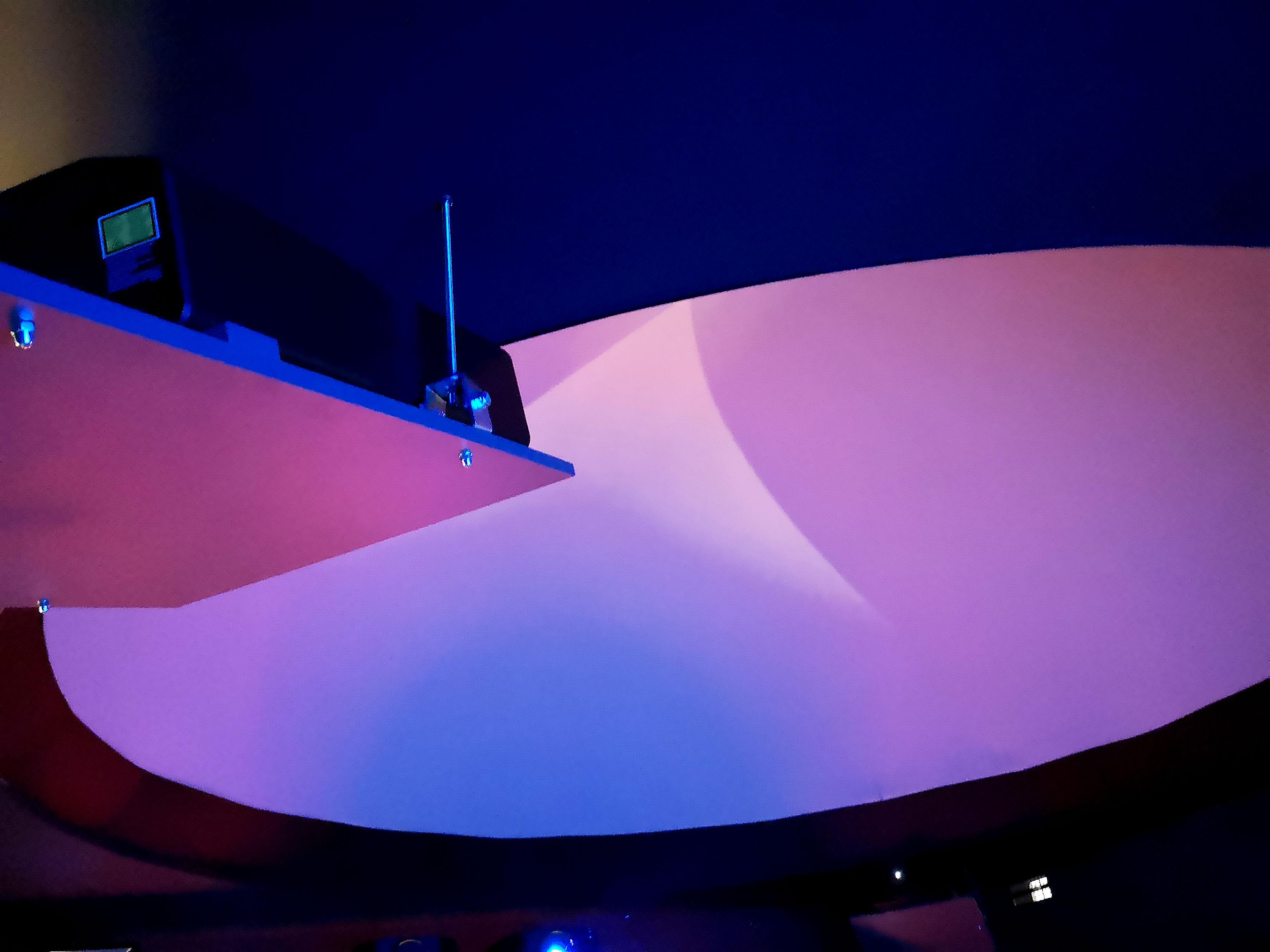 Foto: Michael B. Rehders - Einer von zwei JVC DLA-NX9 projiziert auf die riesige Kuppel.