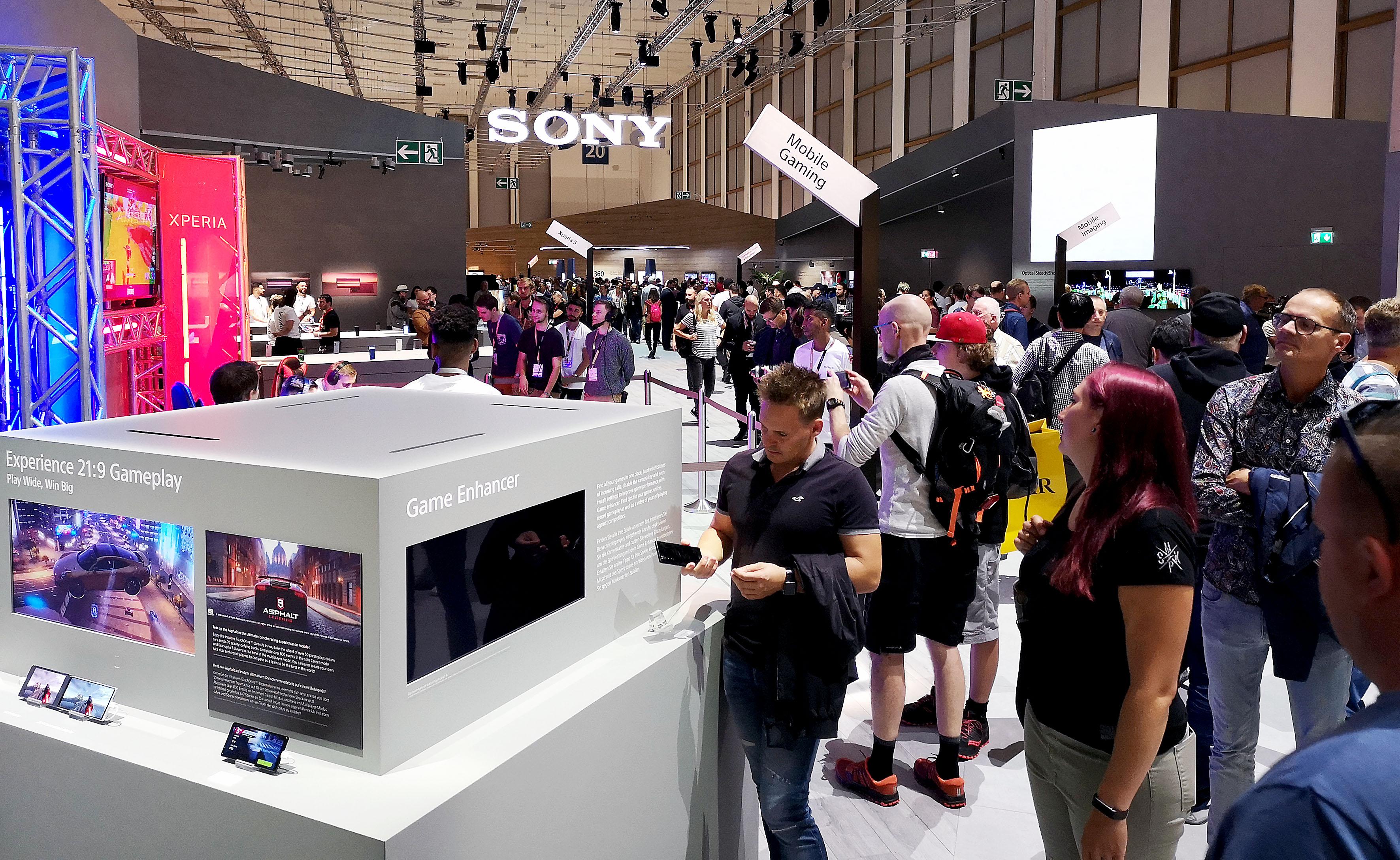 Foto: Michael B. Rehders - In der gut gefüllten Messehalle 20 zeigt Sony, was es unter anderem neues gibt an TV-Geräten und Smartphones.